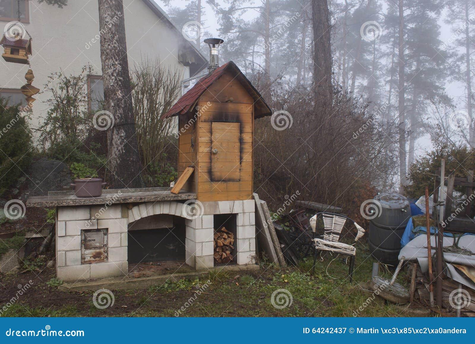 fumoir fait maison dans la production nationale de brume. Black Bedroom Furniture Sets. Home Design Ideas