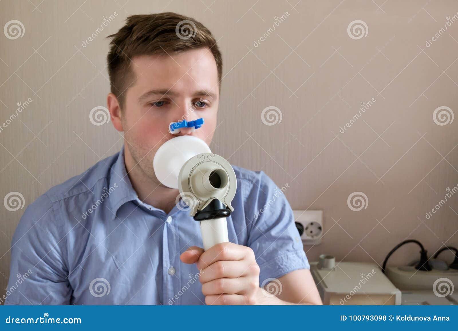 Função de respiração dos testes do homem novo pelo spirometry