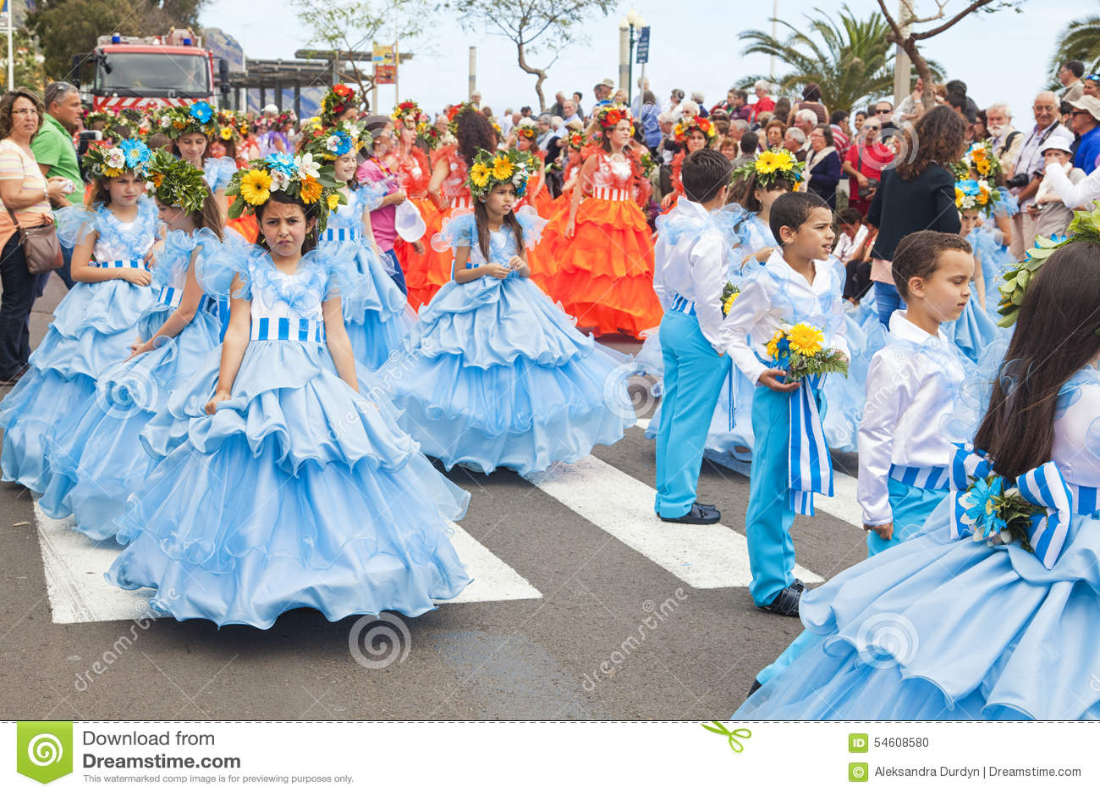 Funchal, Madera - April 20, 2015: Uitvoerders met kleurrijke en gedetailleerde kostuums die aan de Parade van Bloemfestival deeln