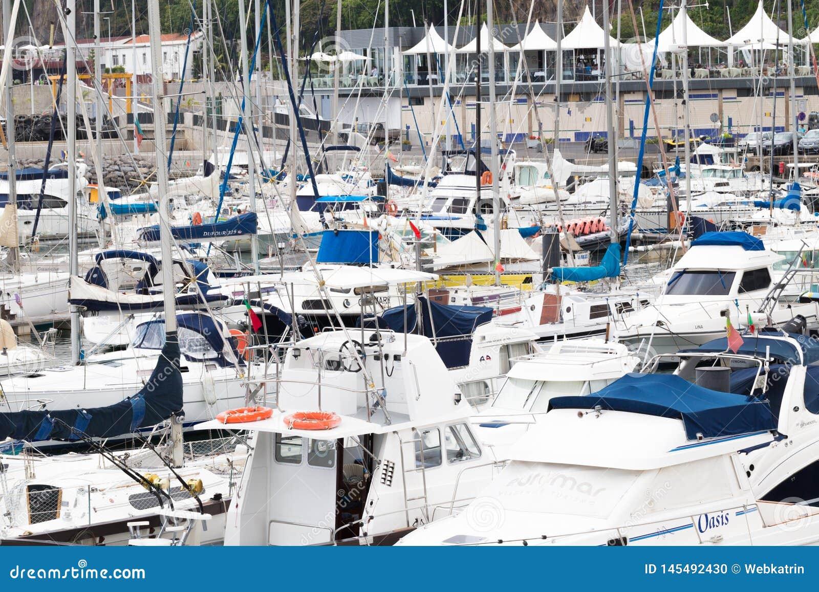 FUNCHAL, MADERA, PORTUGAL - JULI 22, 2018: Vele jachten en boten in de jachthaven van Funchal