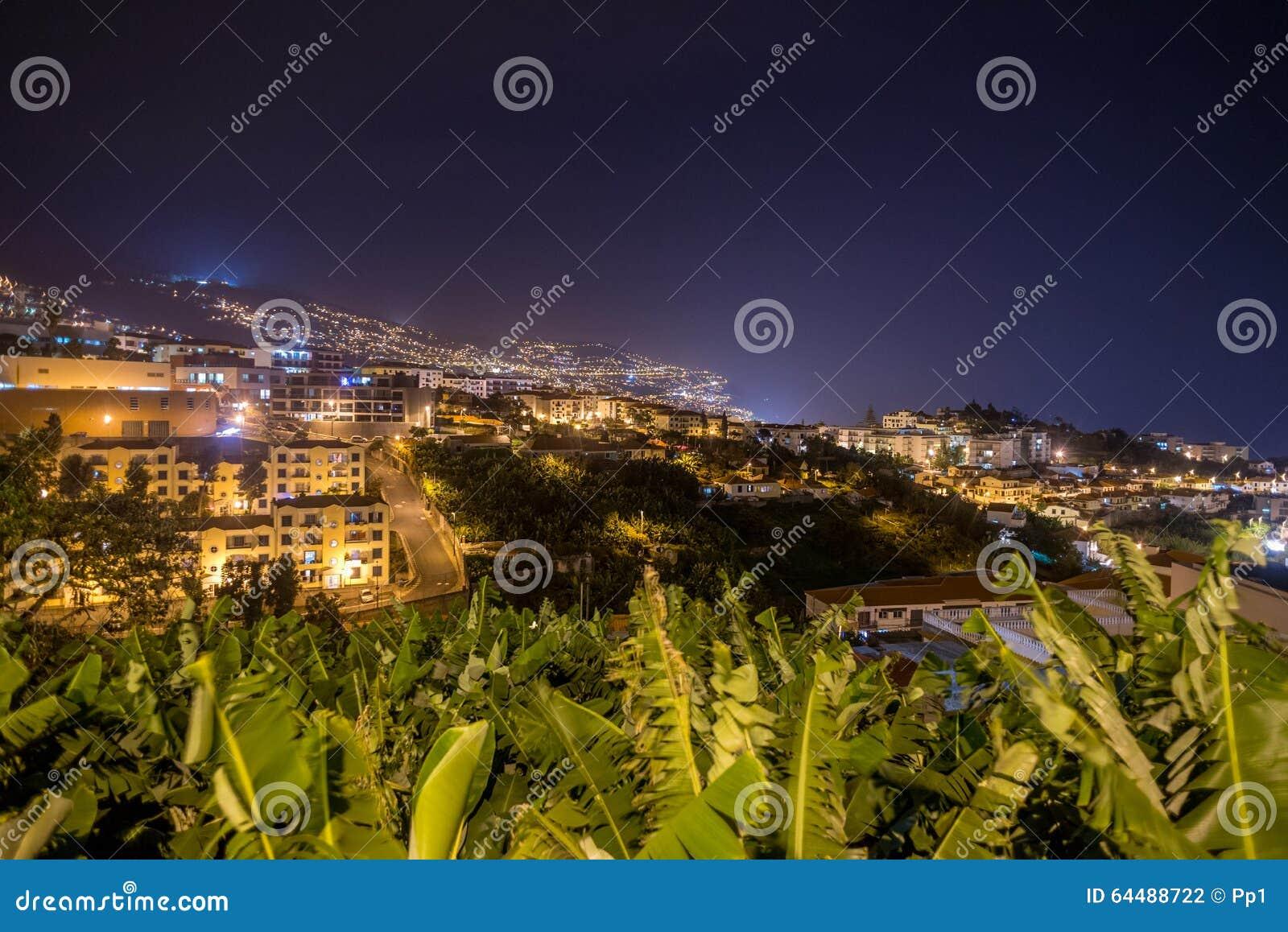 Funchal miasto przy nocą, madery wyspa, Portugalia