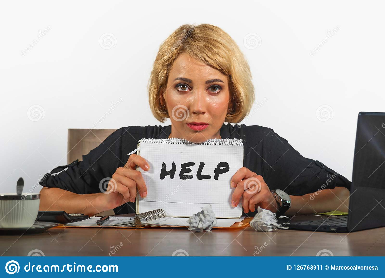 Funcionamento bonito e forçado novo da mulher de negócio oprimido e comprimido na mesa do laptop do escritório que pede o feeli d
