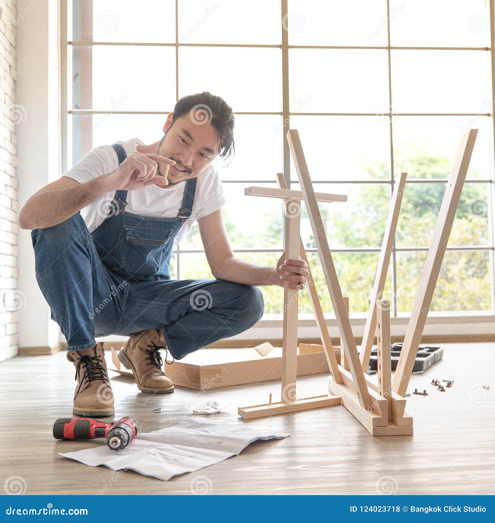 Funcionamento do homem novo como o trabalhador manual, tabela de madeira de montagem com equipm