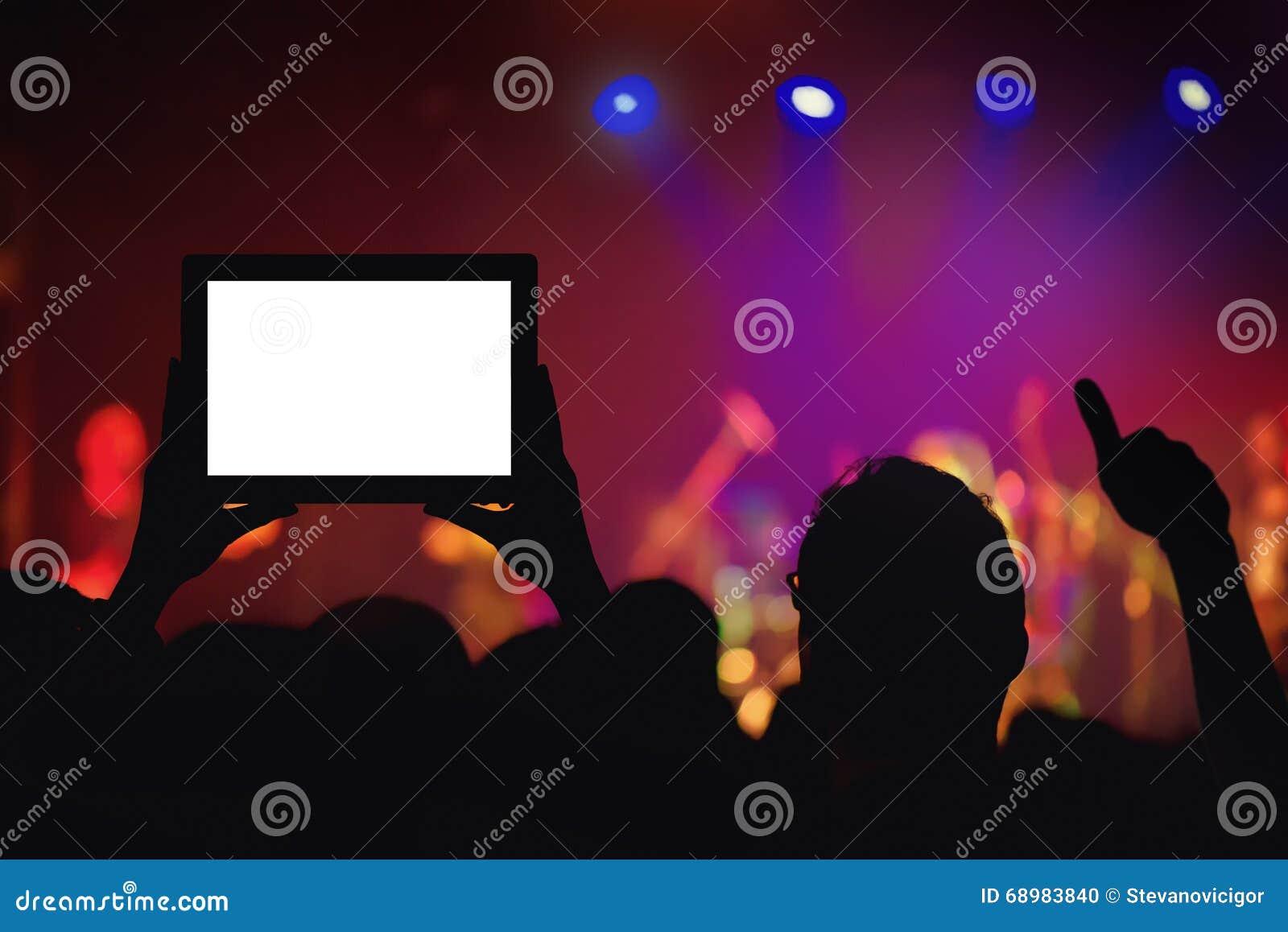 Funcionamiento de grabación de la muchedumbre del concierto de rock con la tableta digital