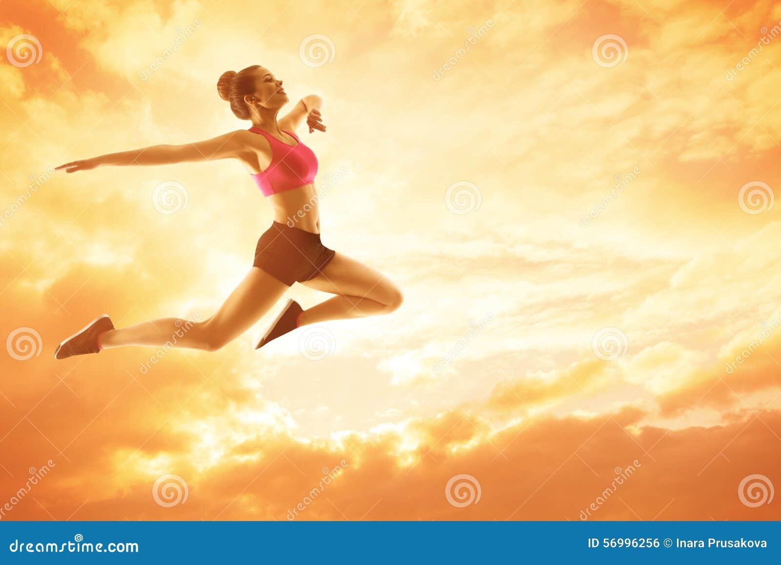 Funcionamiento de la mujer del deporte, atleta Girl Jump, concepto feliz de la aptitud