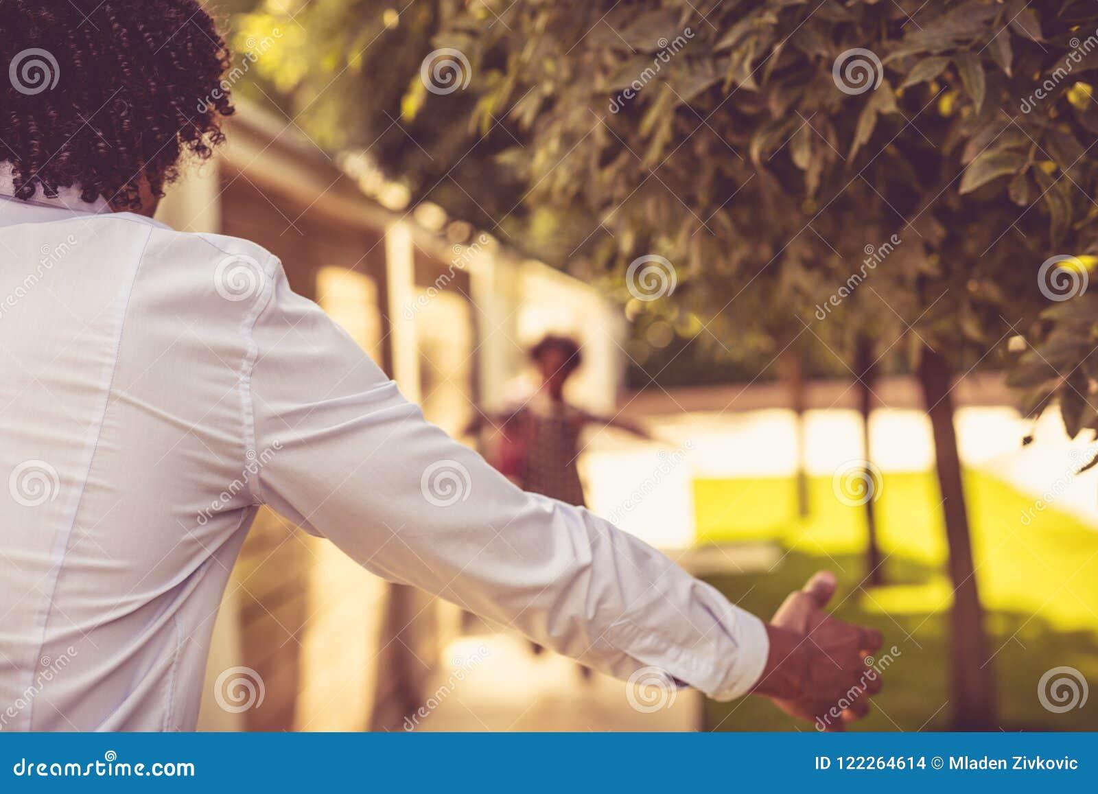 Funcionamiento de la niña en abrazo del padre