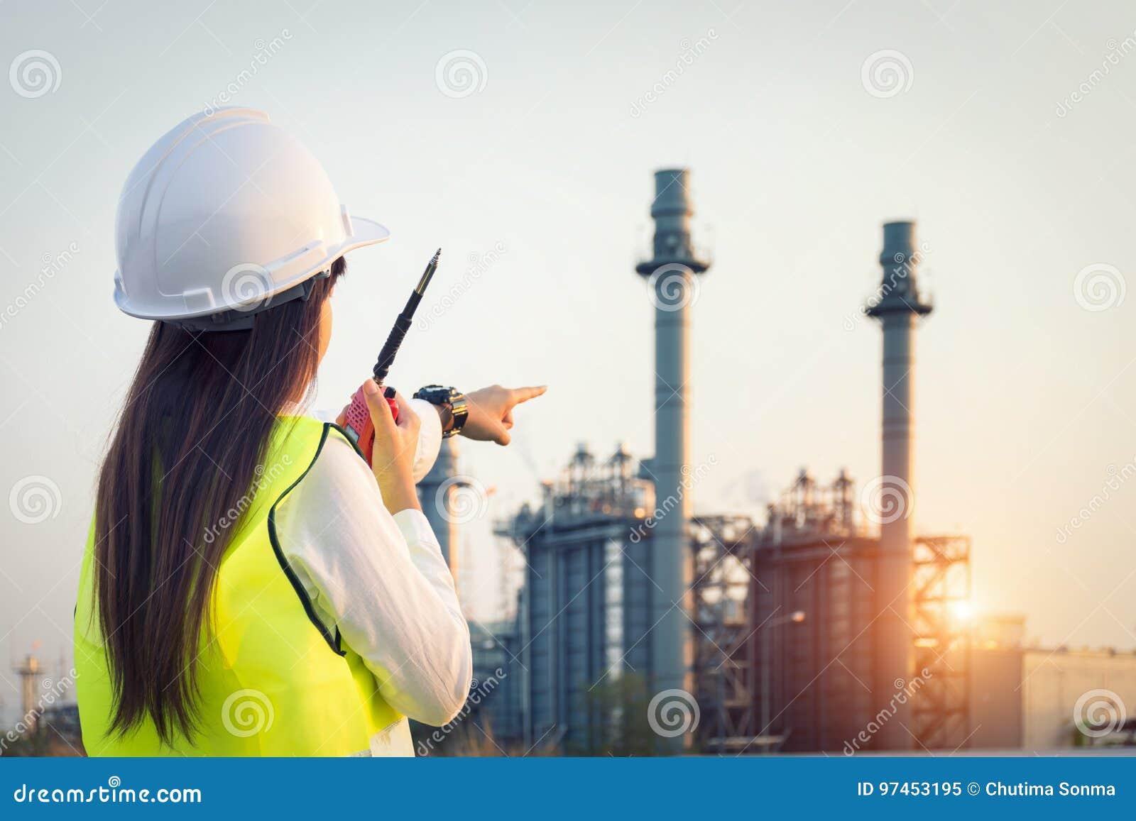 Funcionamiento del ingeniero de la mujer de Asia