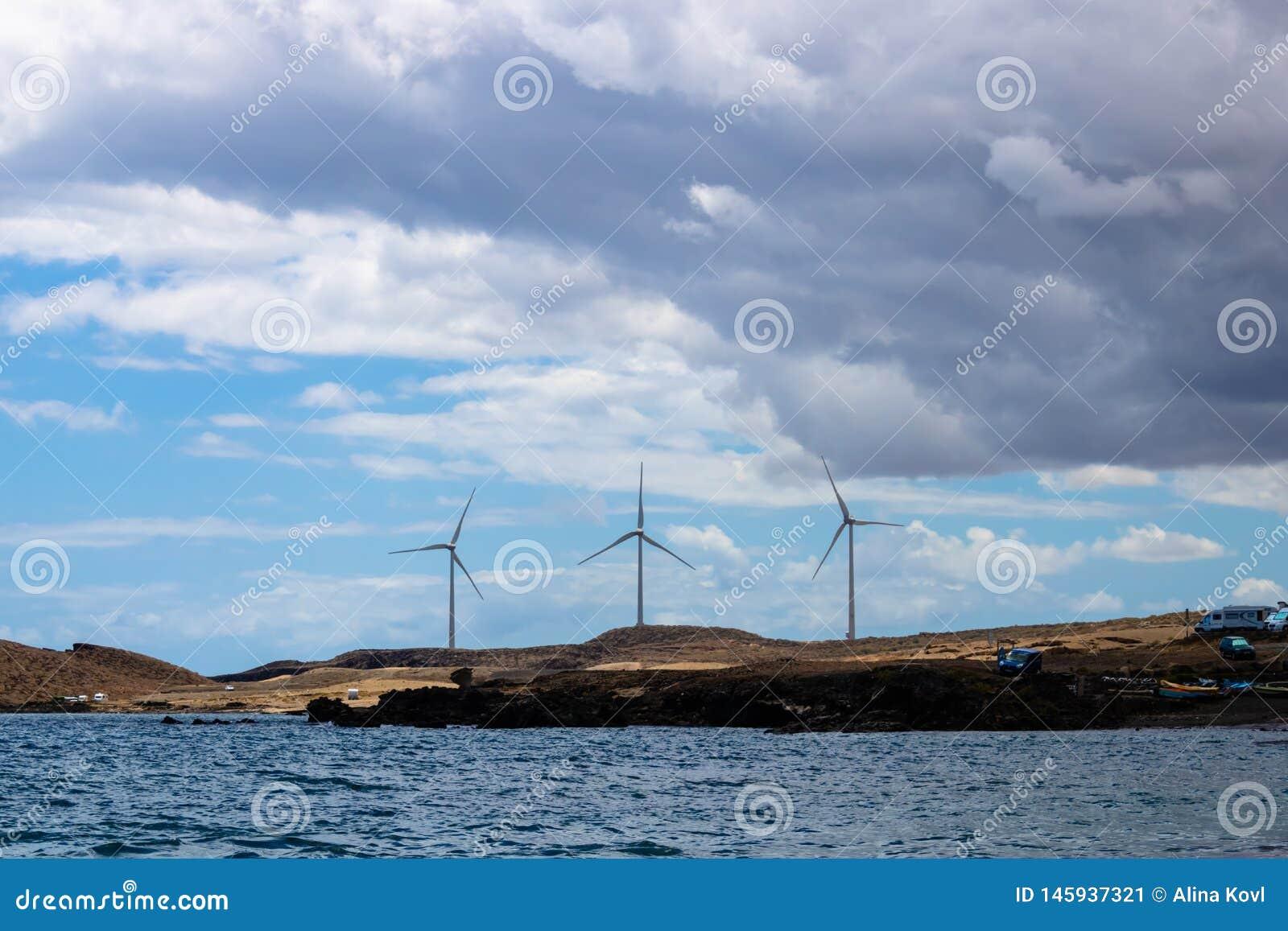 Funcionamiento del parque e?lico, tres turbinas de viento con la opini?n del mar sobre Tenerife, islas Canarias, Espa?a - imagen