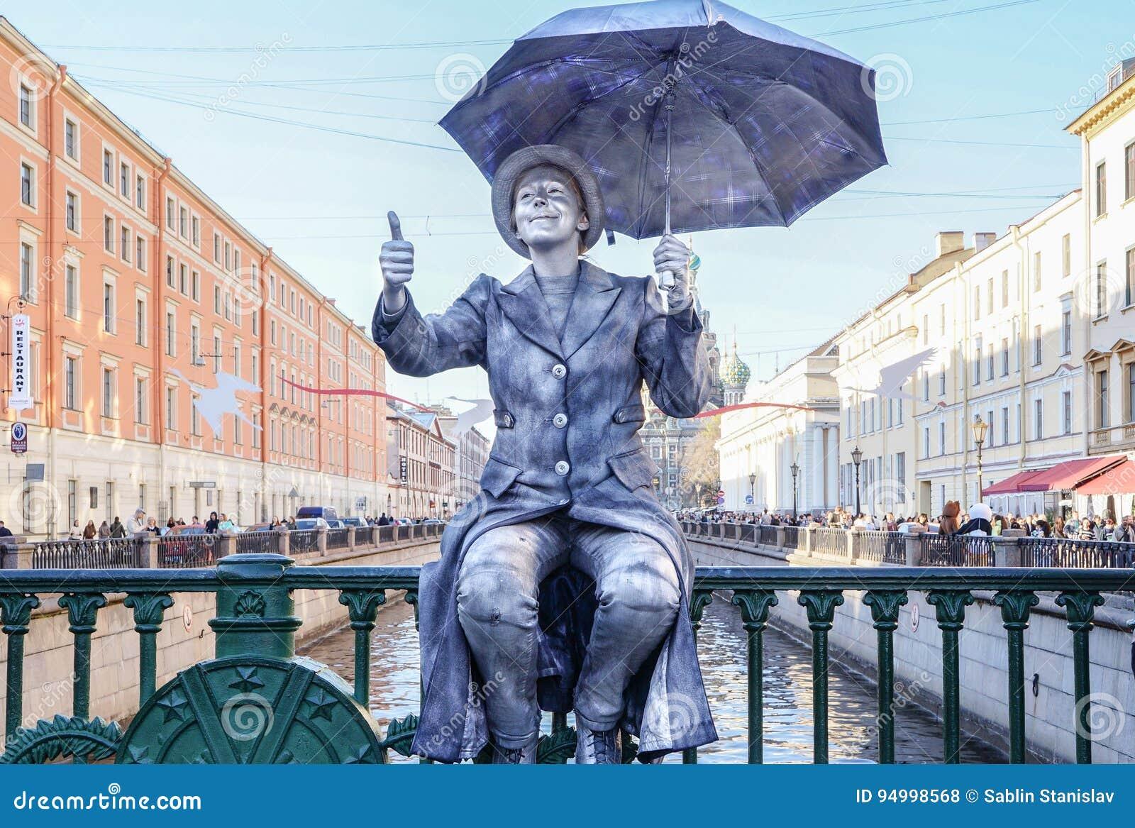 Funcionamiento en el aire abierto en St Petersburg pantomime En el verano de 2016 Funcionamientos de la calle el disfrute de la v
