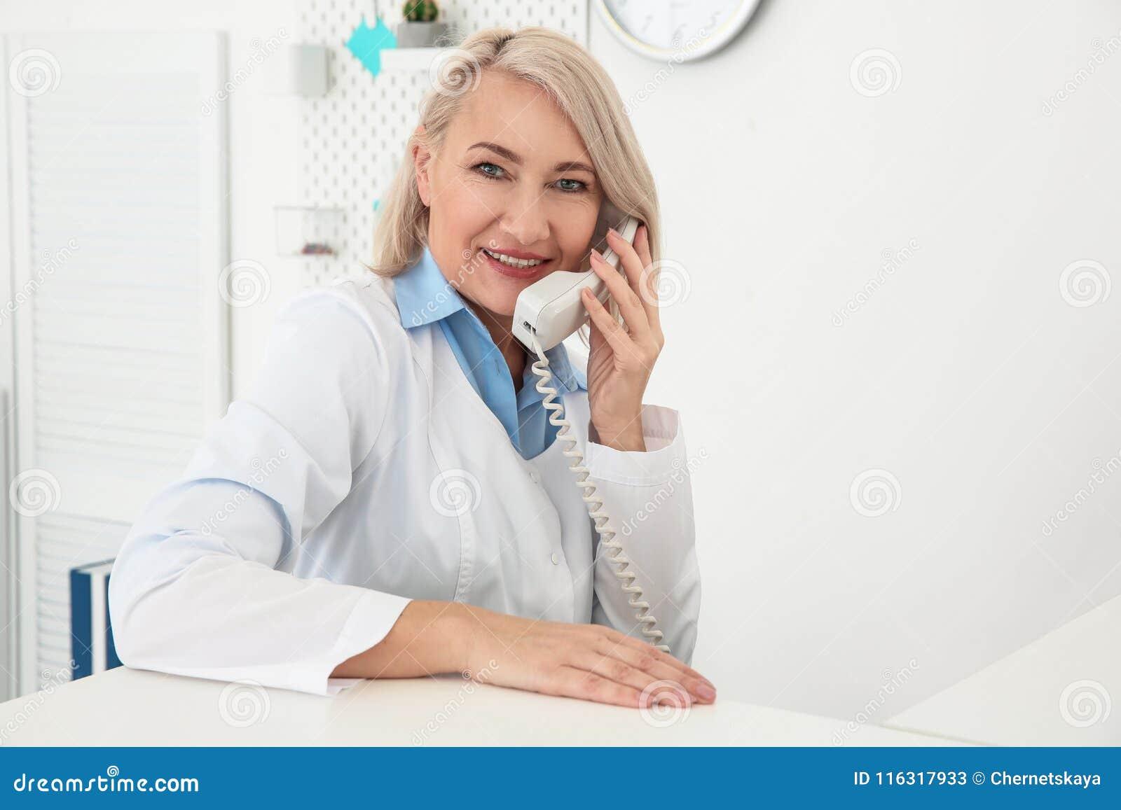 Funcionamiento femenino mayor del recepcionista