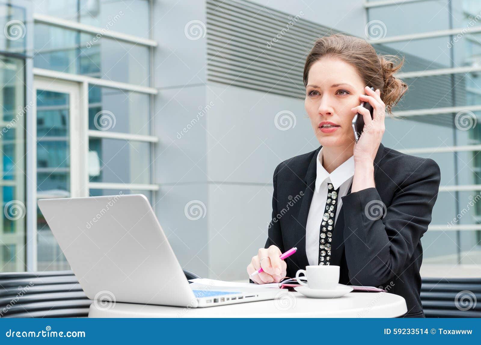 Download Funcionamiento Joven De La Mujer De Negocios Foto de archivo - Imagen de trabajo, businesswoman: 59233514