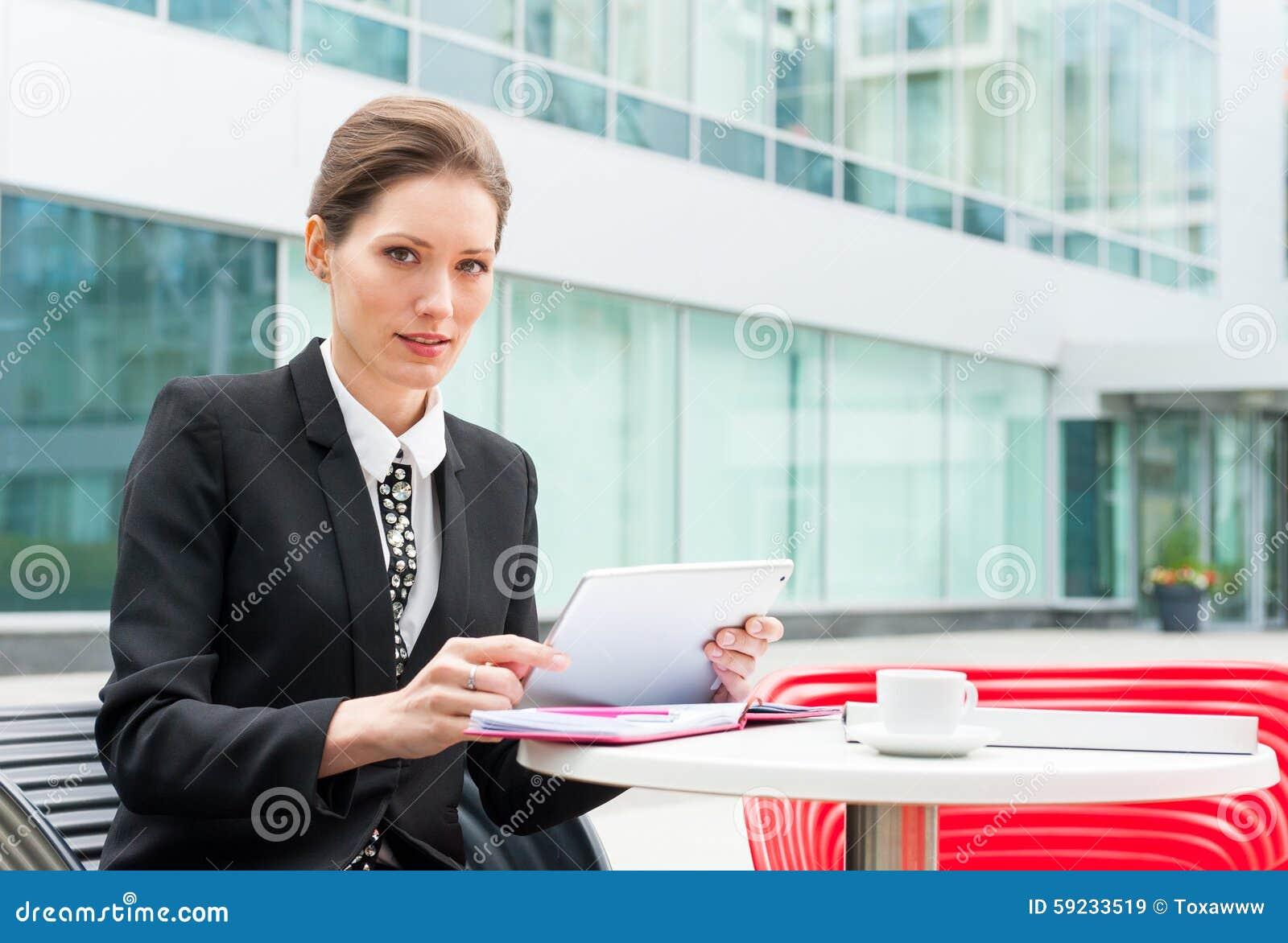 Funcionamiento joven de la mujer de negocios