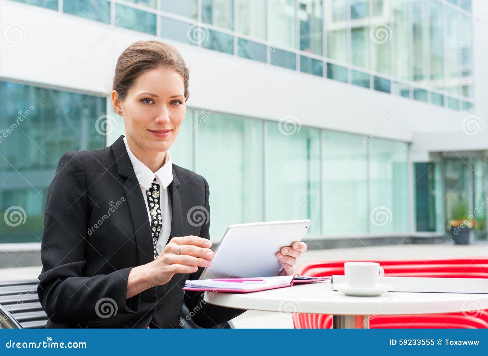 Download Funcionamiento Joven De La Mujer De Negocios Imagen de archivo - Imagen de adulto, businesswoman: 59233555