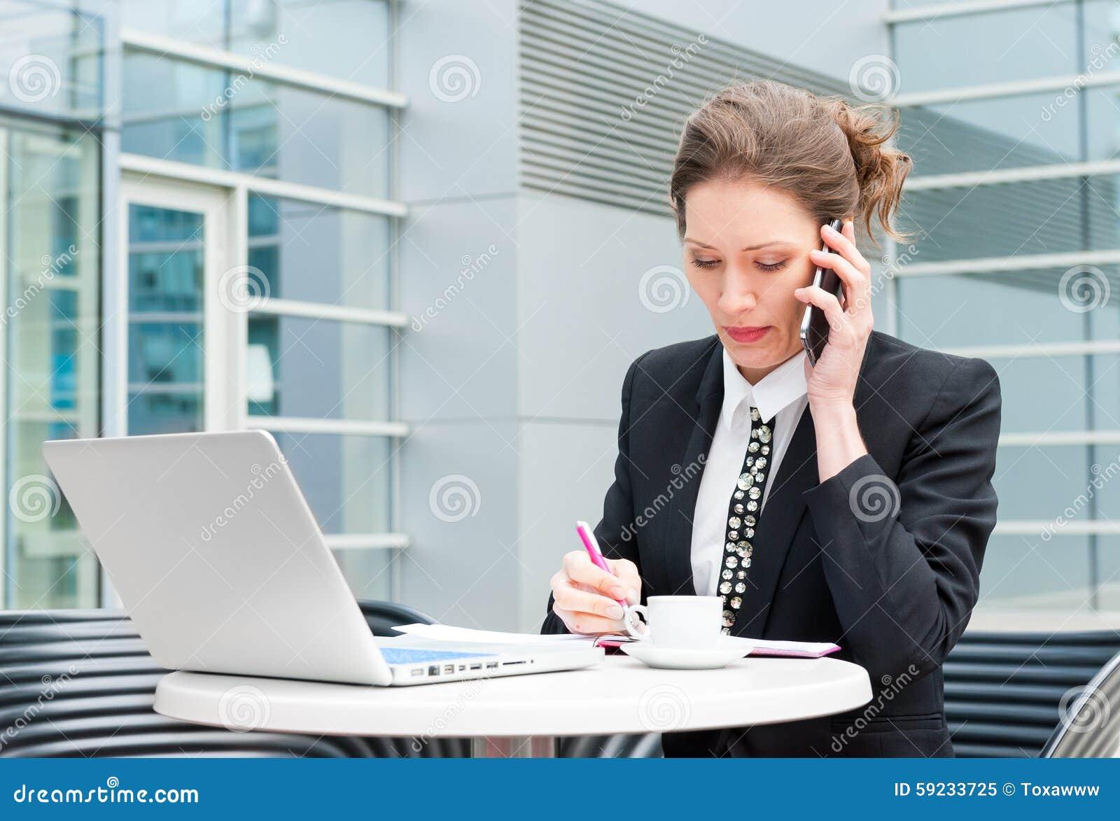 Download Funcionamiento Joven De La Mujer De Negocios Imagen de archivo - Imagen de encargado, negocios: 59233725