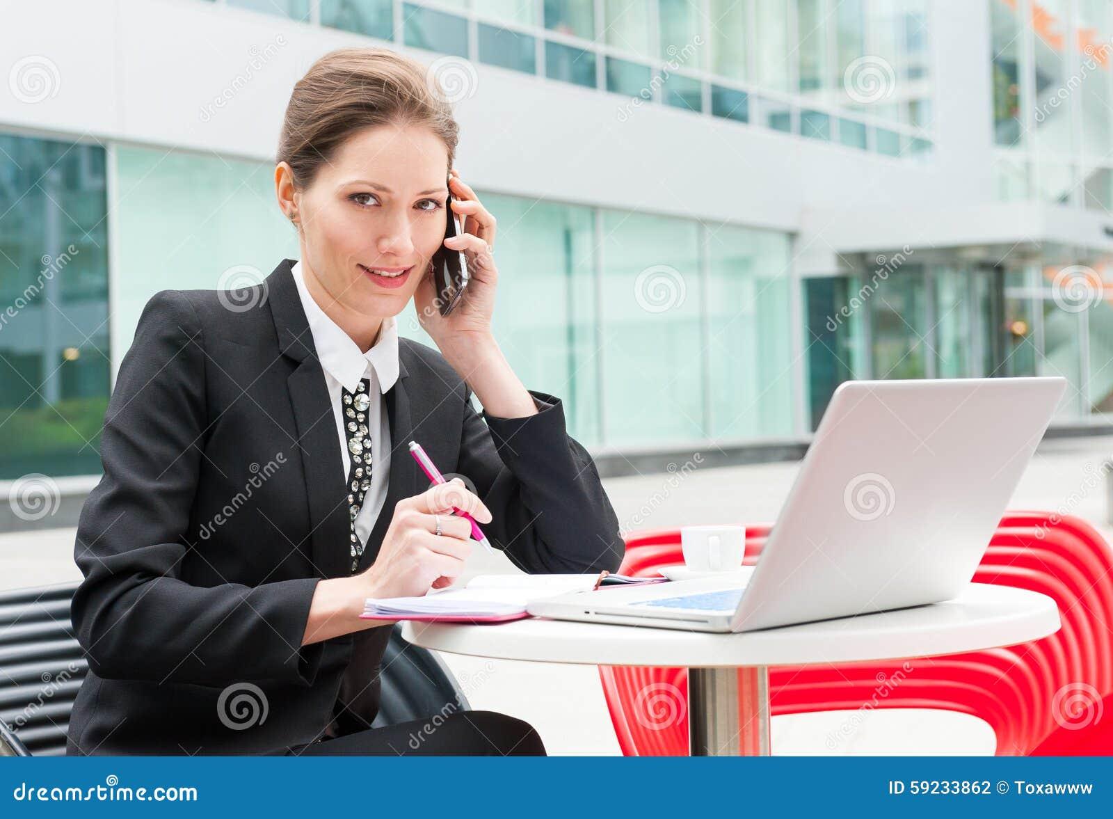 Download Funcionamiento Joven De La Mujer De Negocios Foto de archivo - Imagen de adulto, atractivo: 59233862