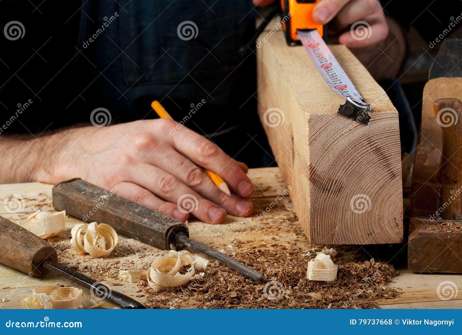 Funcionamiento, martillo, metro y destornillador del carpintero en fondo de la construcción