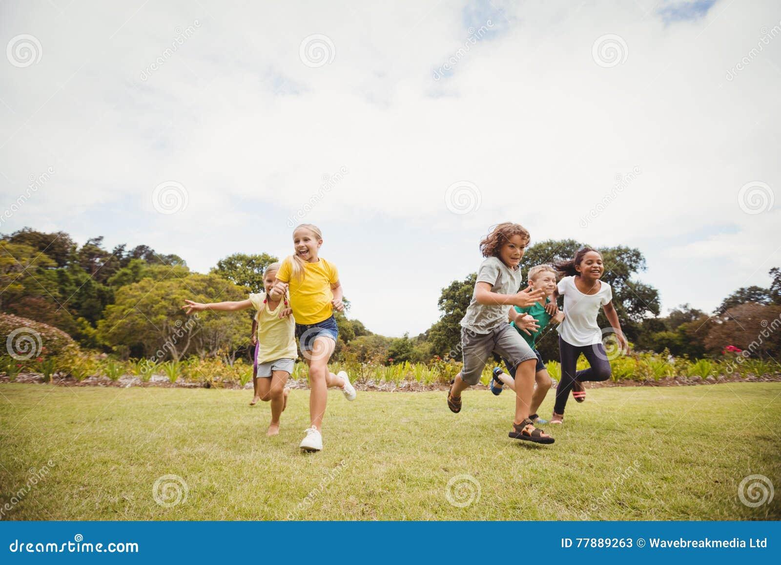 Funcionamiento Sonriente De Los Niños Foto de archivo