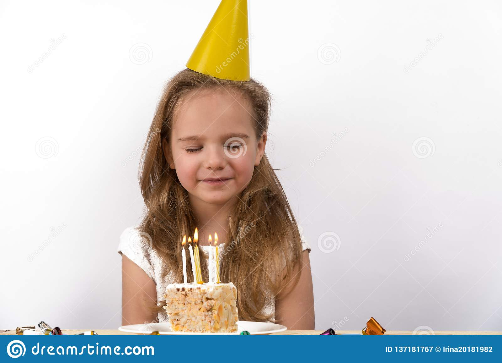 Funda para fora velas fazem uma criança do aniversário do desejo