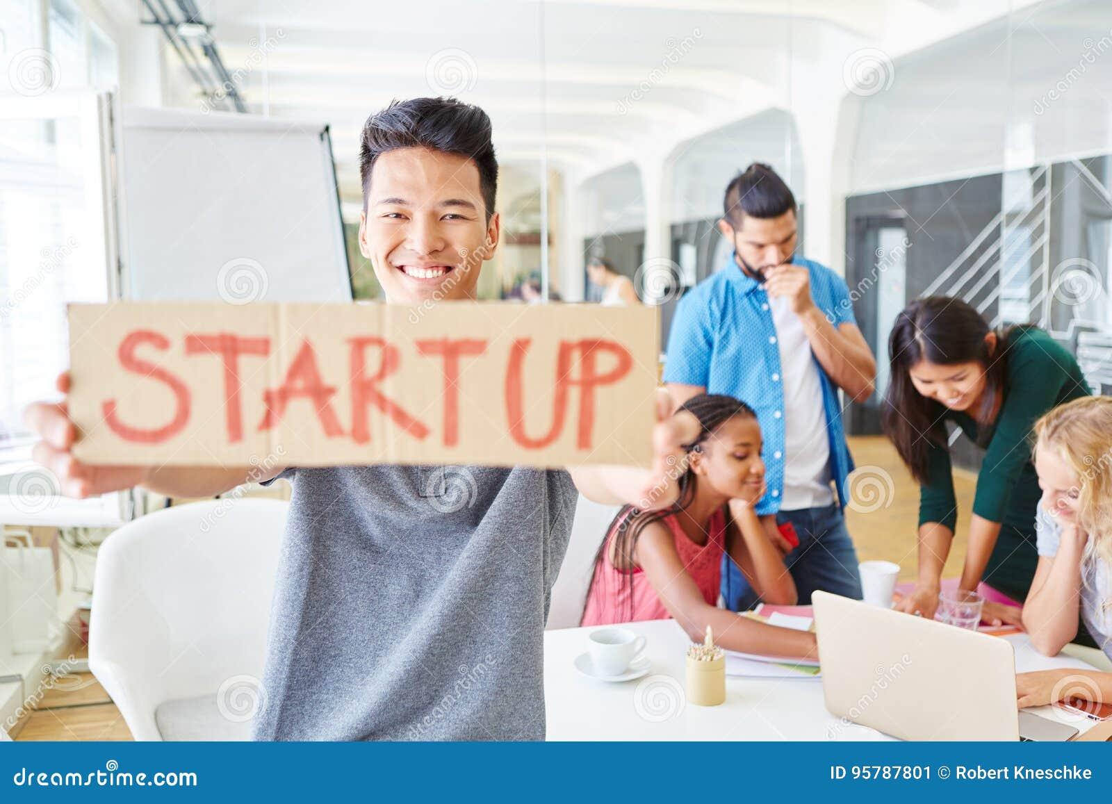 Fundador de lanzamiento con el equipo del negocio