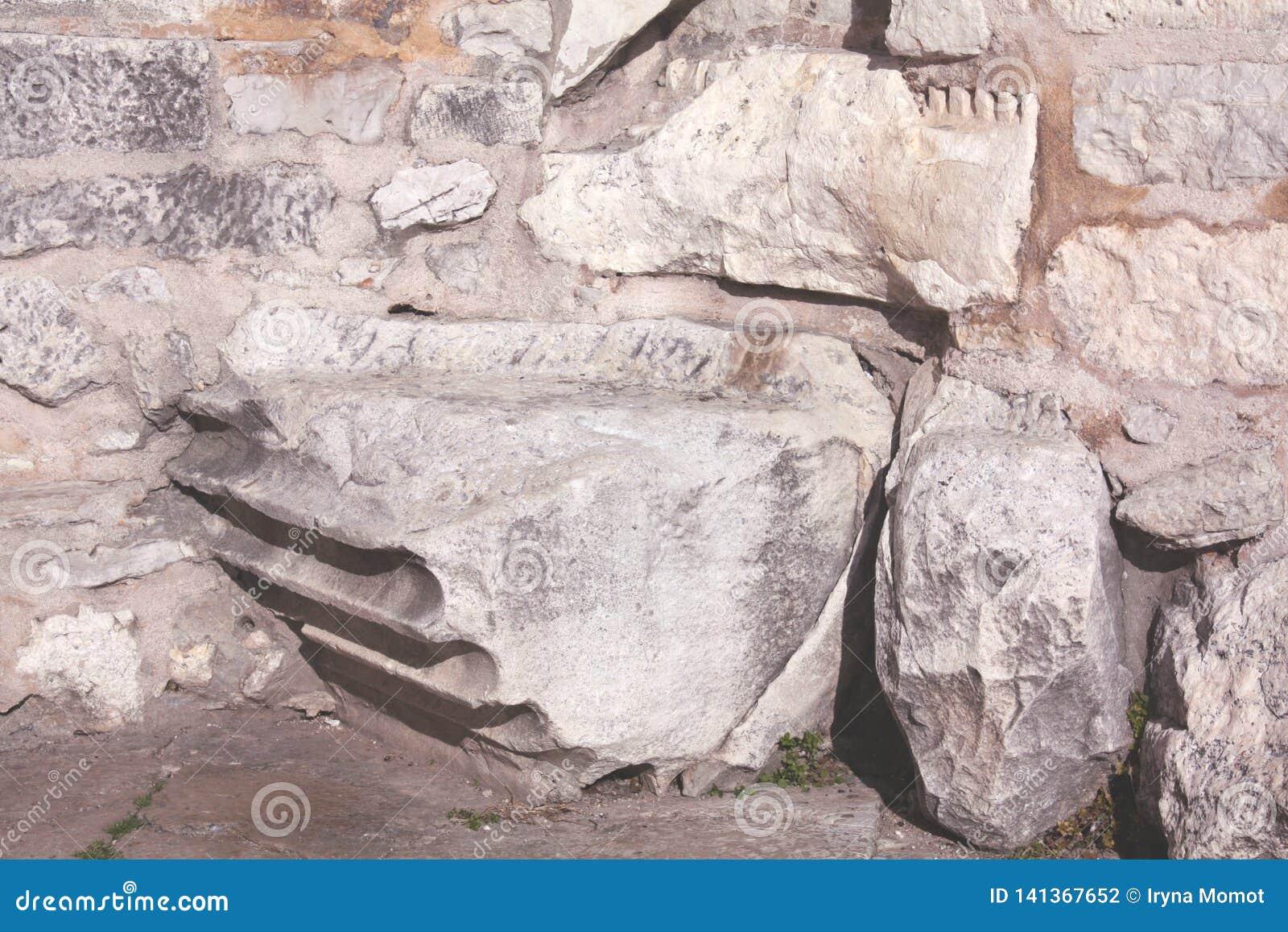 Fundament mit römischer Spalte der Kirche von St. Donat