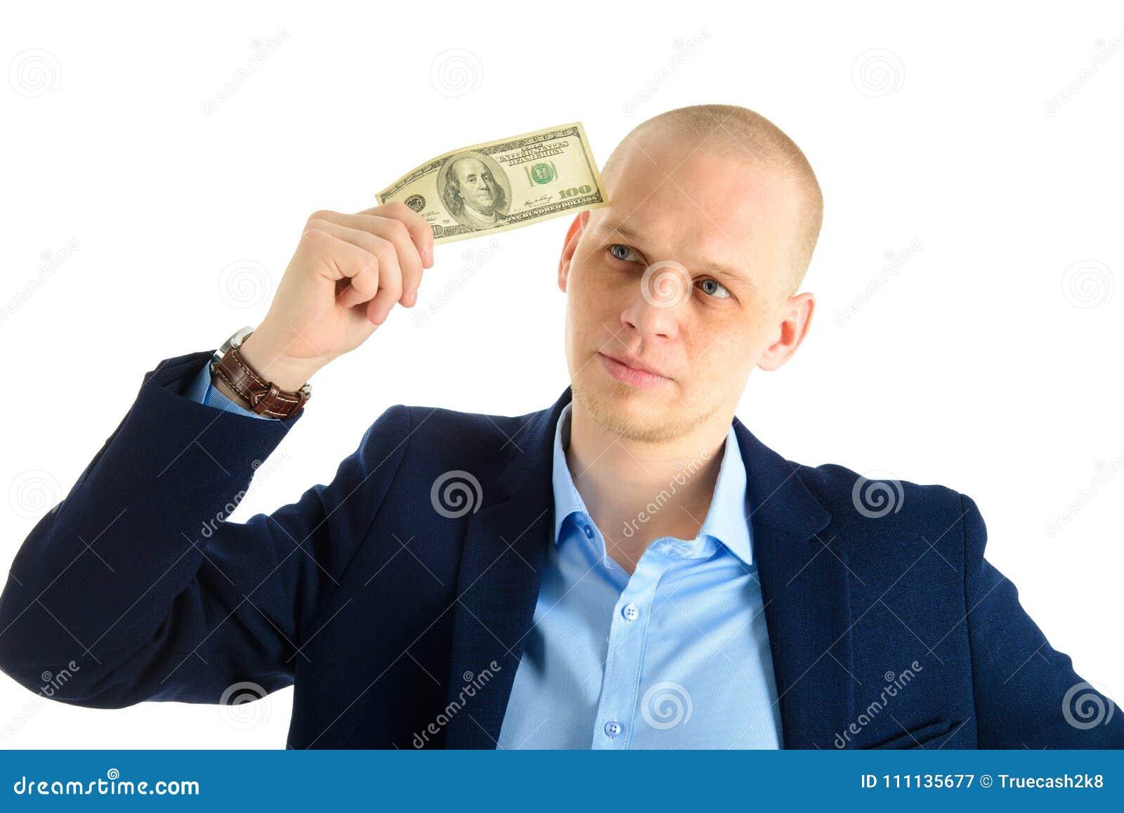 Fundersam affärsman i dräkt på hållande kassa för vit bakgrund Tänka om danandepengar