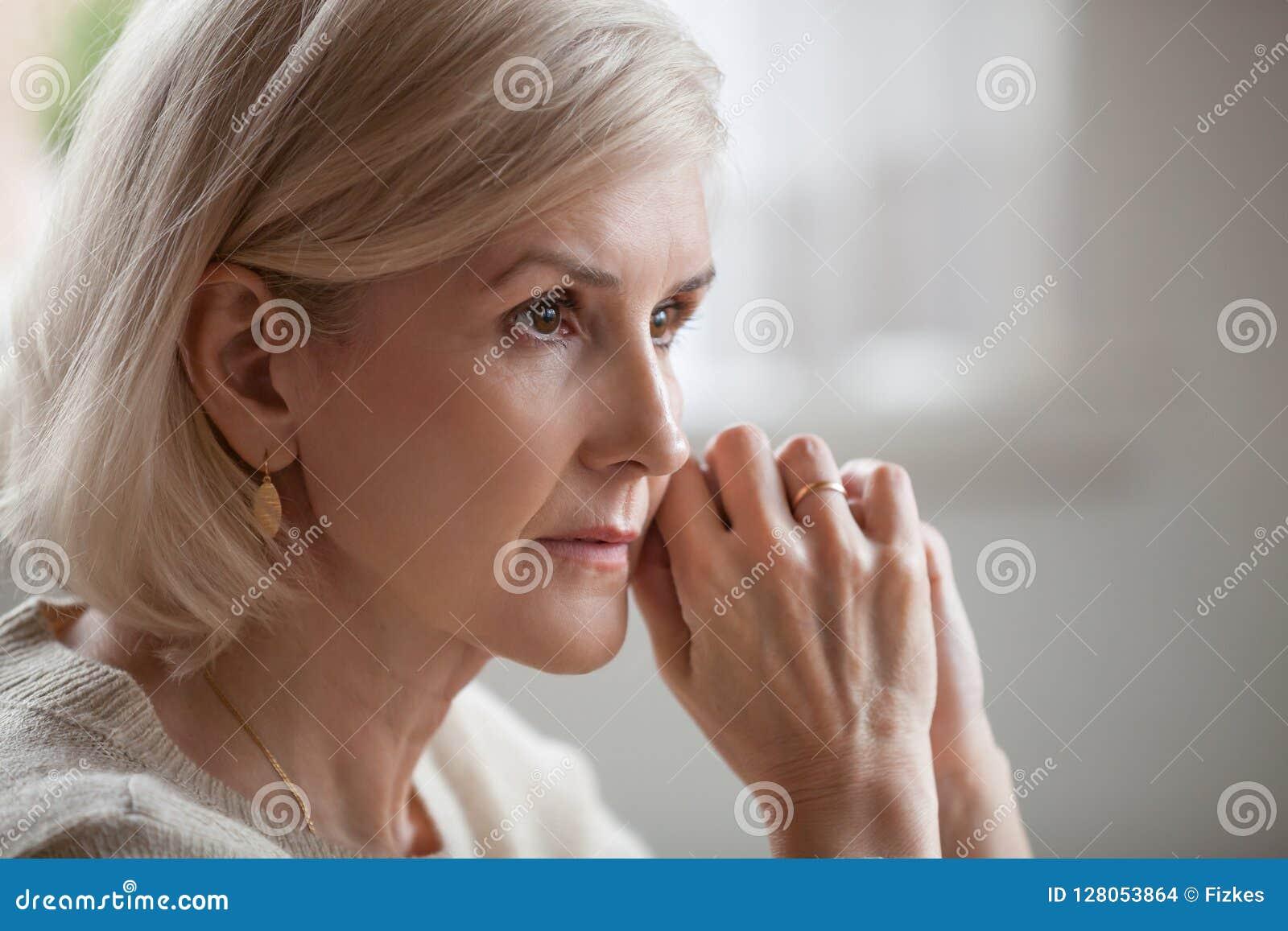 Fundersam allvarlig angelägen mogen hög kvinnakänsla oroade a