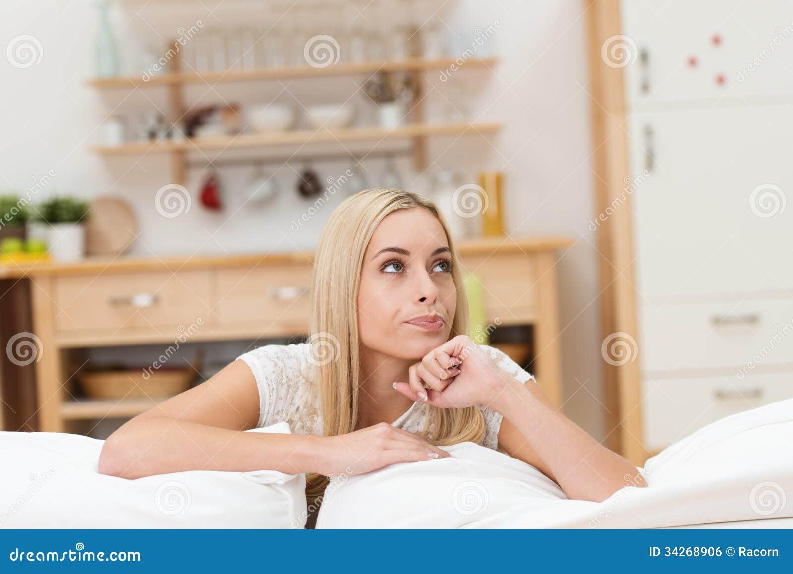 Fundersam attraktiv ung kvinna