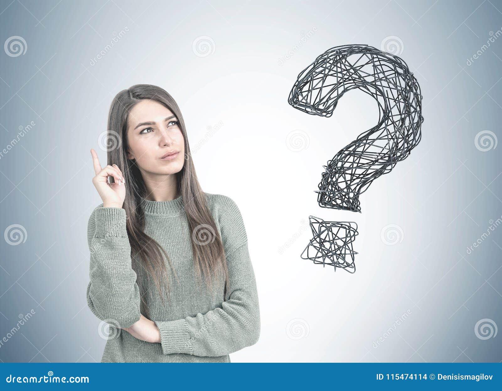 Fundersam kvinna som pekar upp, frågefläck