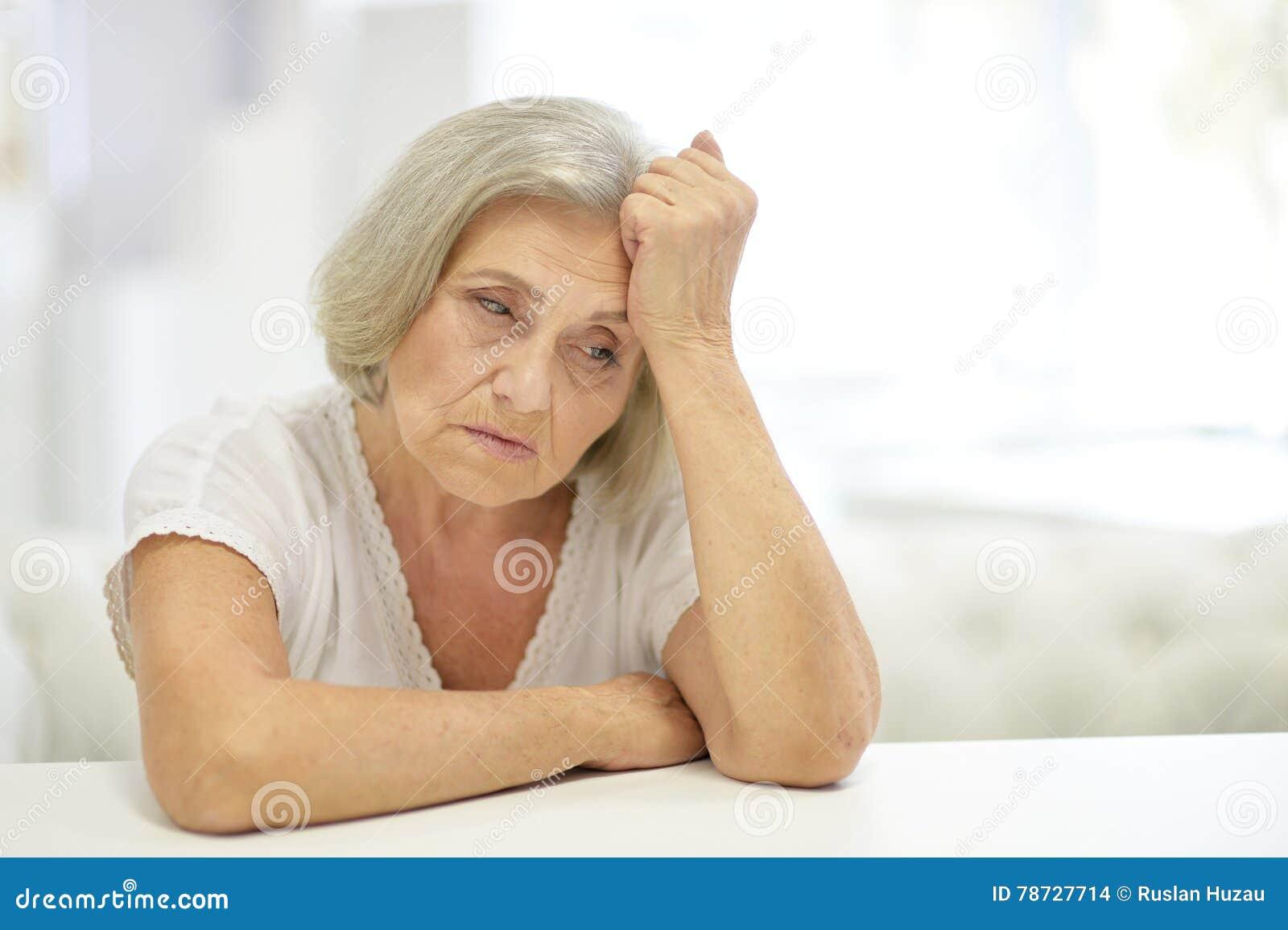Fundersam ledsen kvinna
