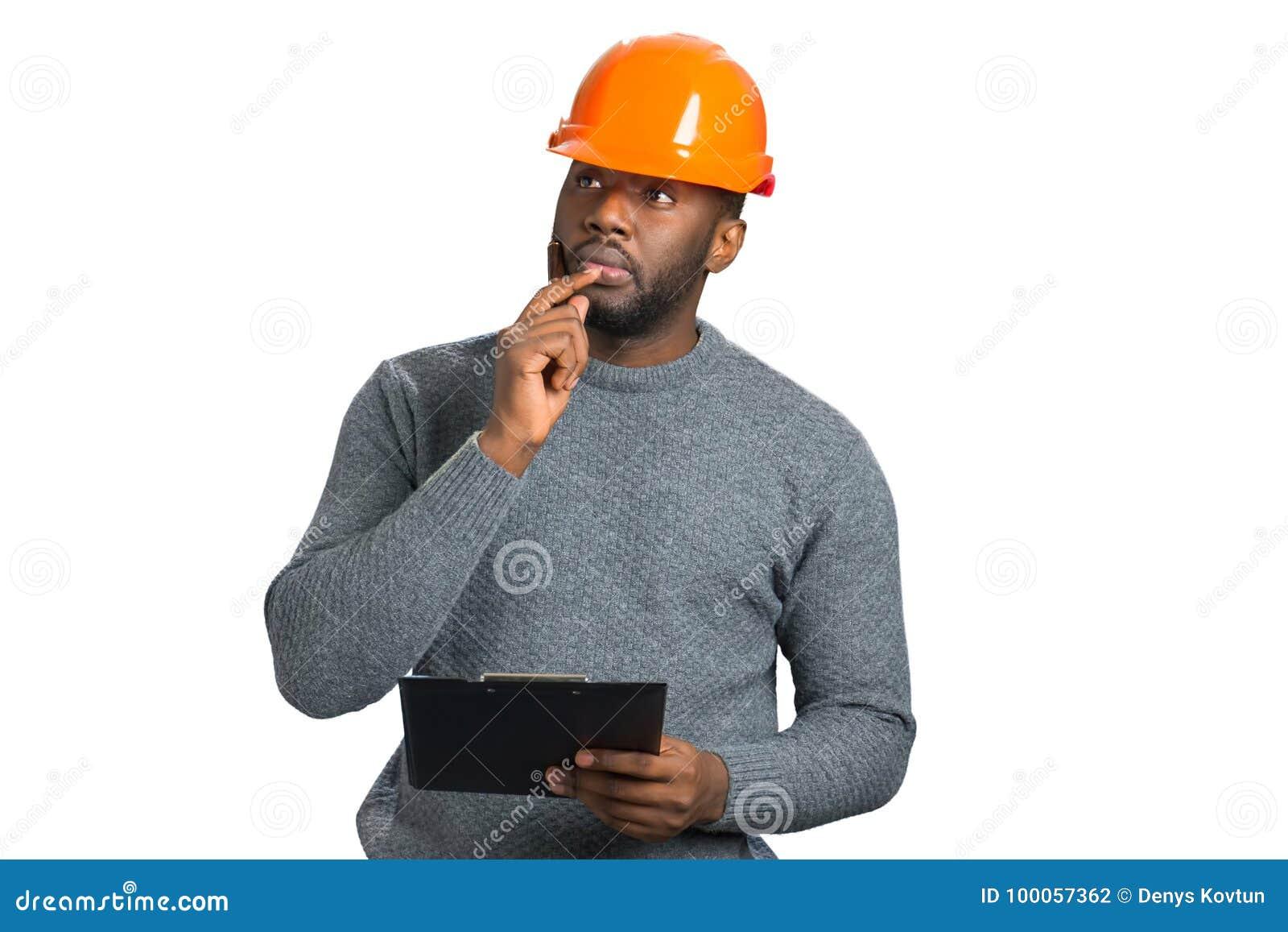 Fundersam manlig arkitekt med pennan