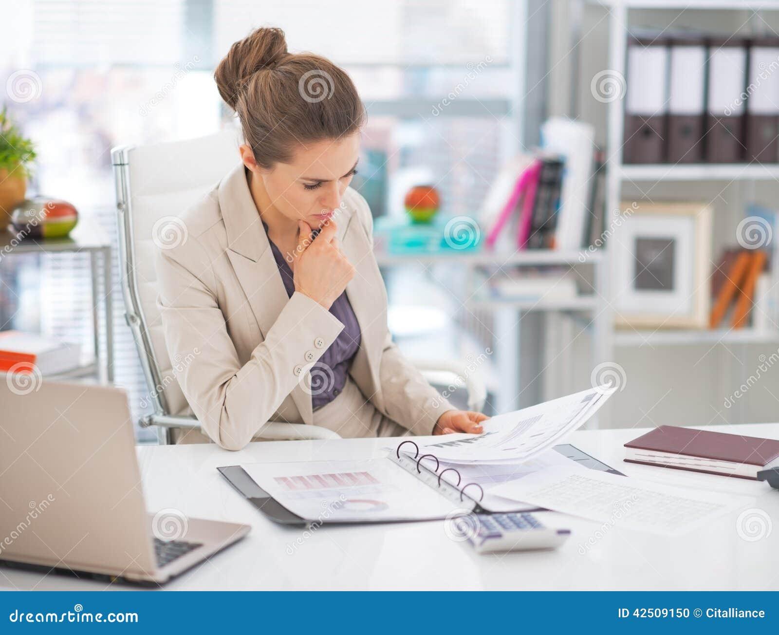 Fundersamma dokument för affärskvinna i regeringsställning