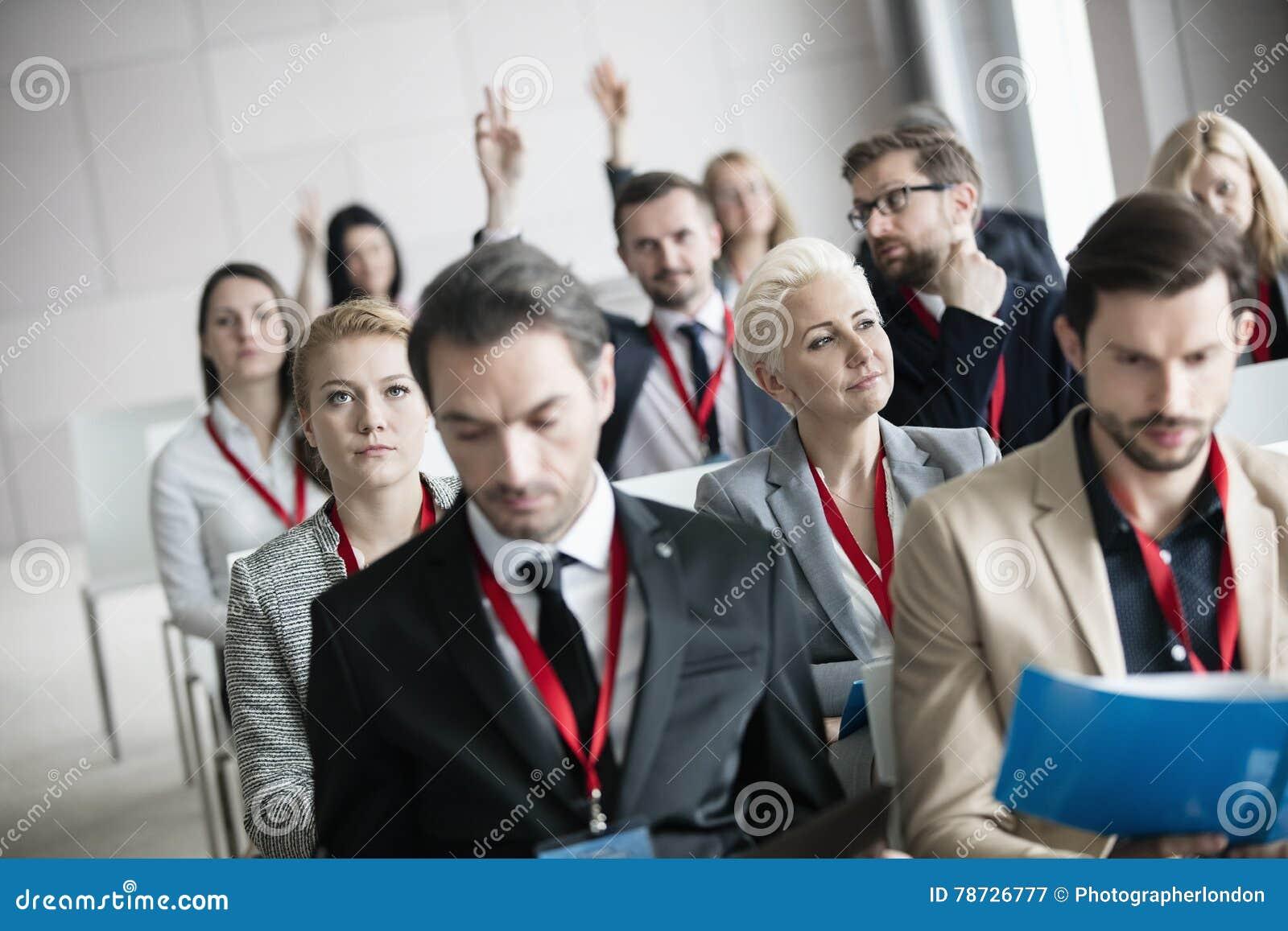 Fundersamt affärskvinnasammanträde med kollegor i seminariumkorridor