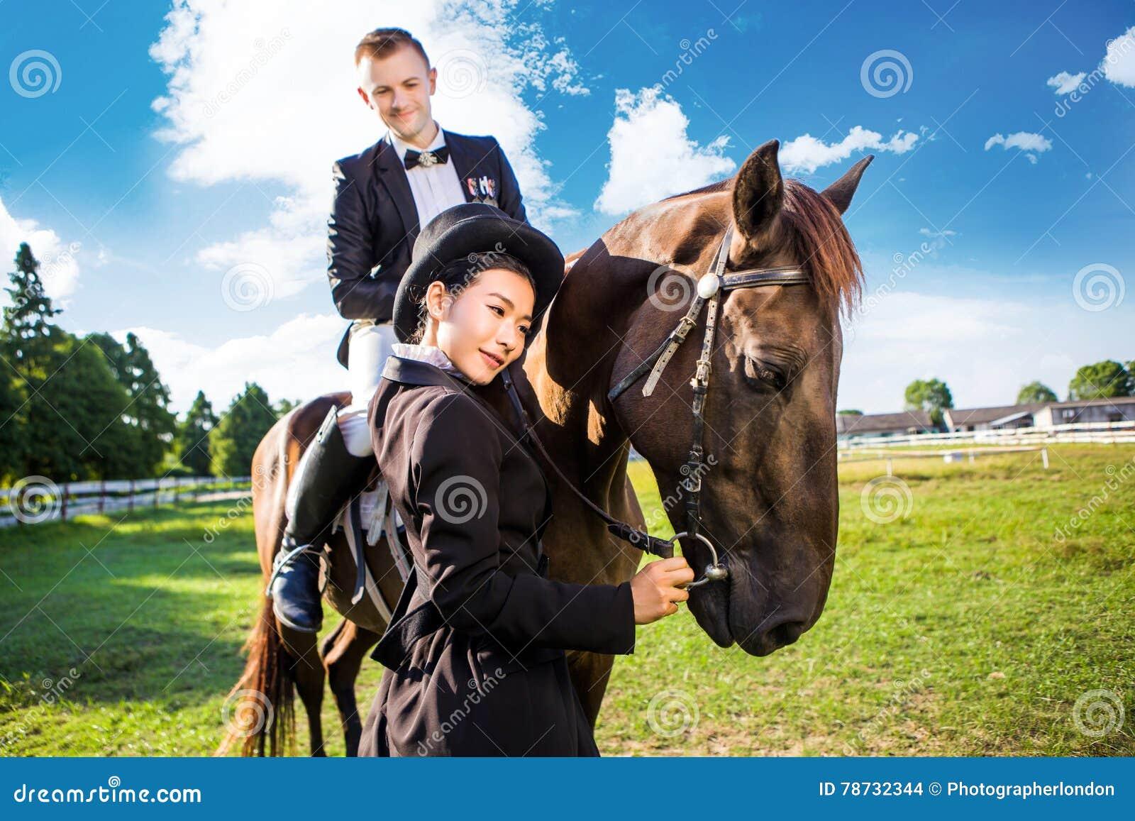 Fundersamt kvinnaanseende vid mansammanträde på häst på fältet