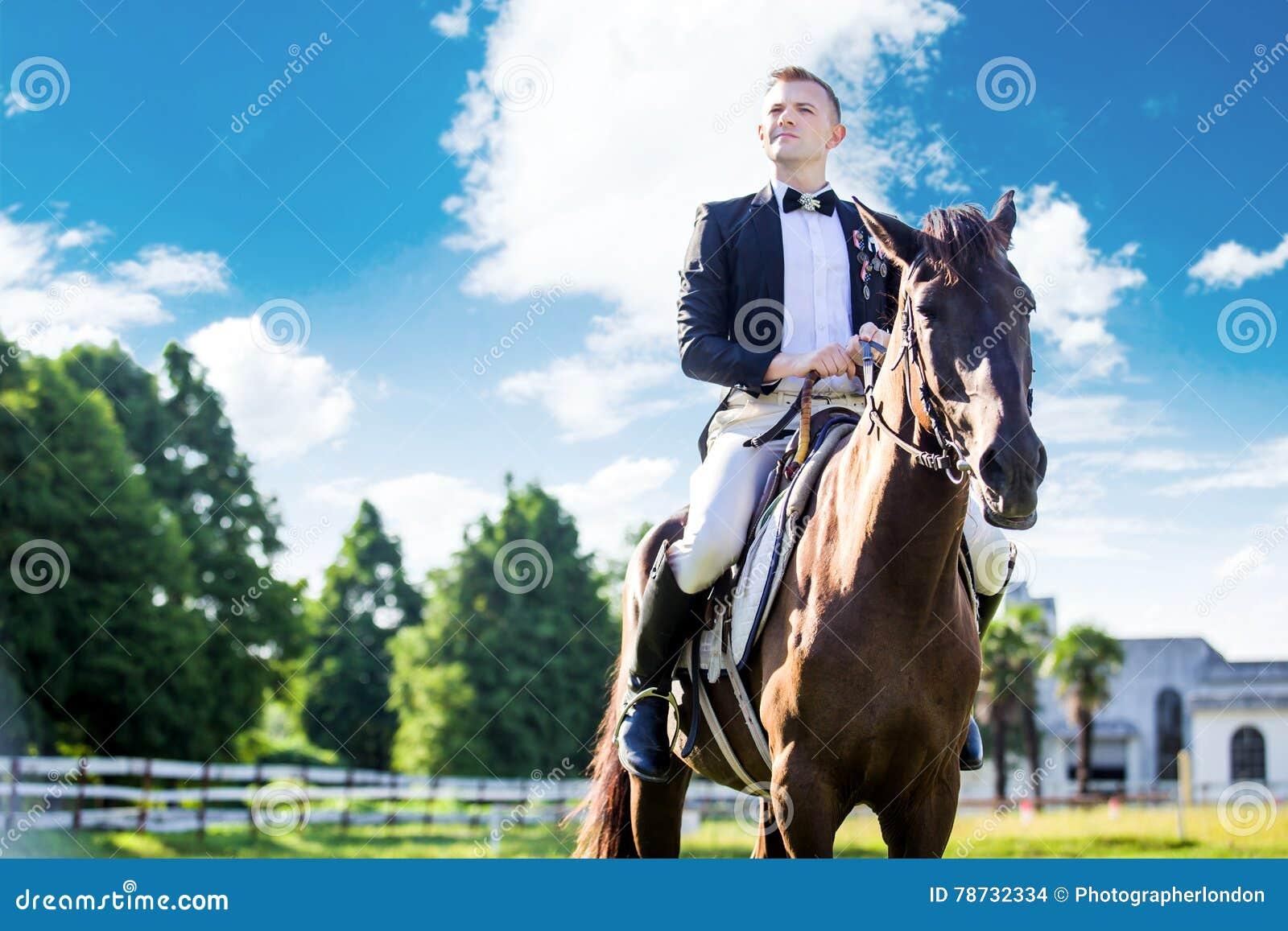 Fundersamt välklätt mansammanträde på häst mot molnig himmel