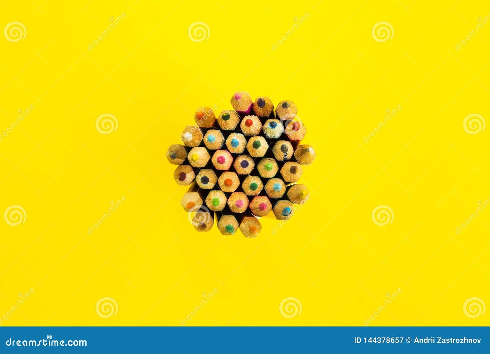 Fundo abstrato brilhante de lápis multi-coloridos, vista superior