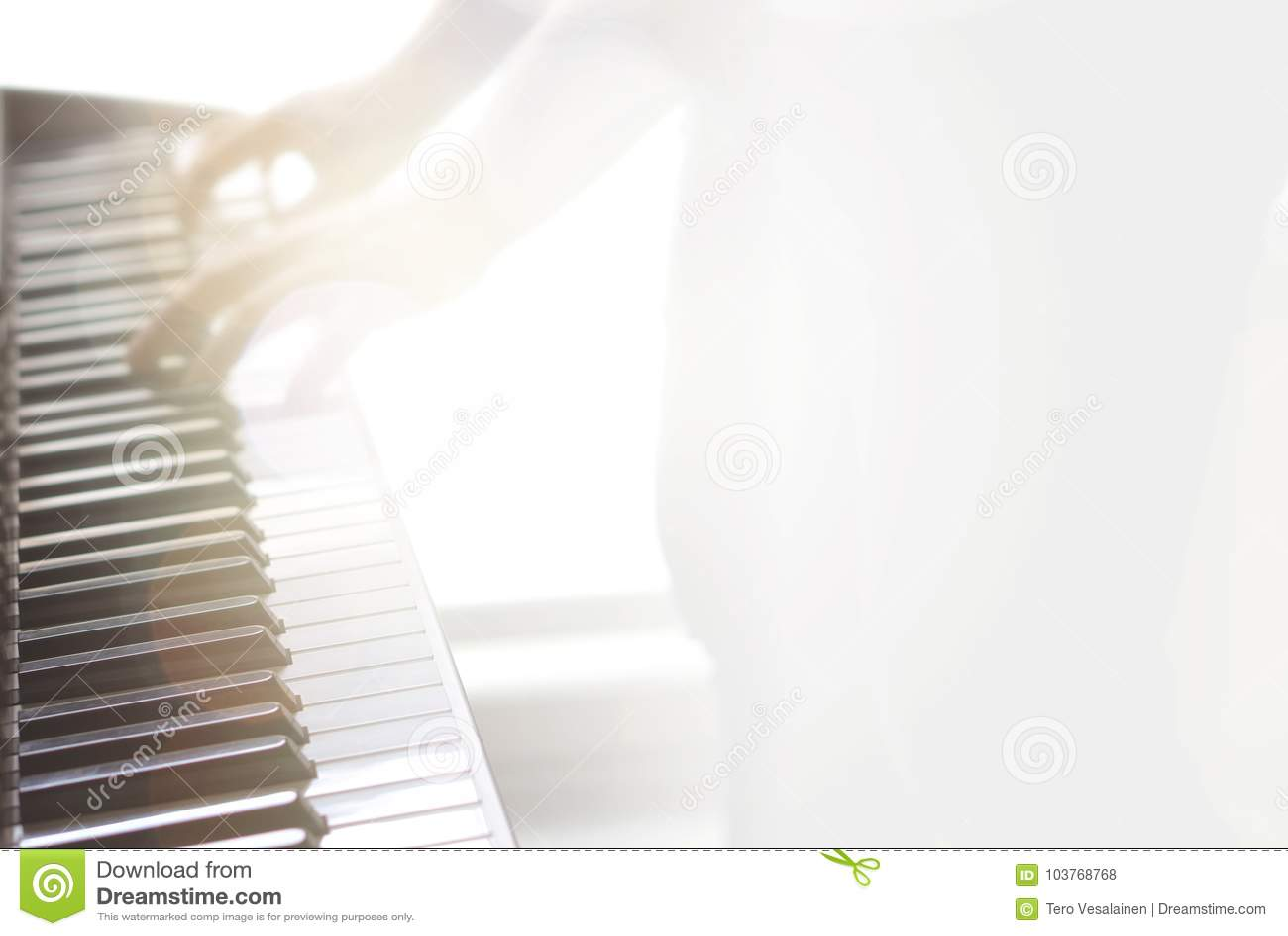 Fundo abstrato obscuro da música Jogando o piano