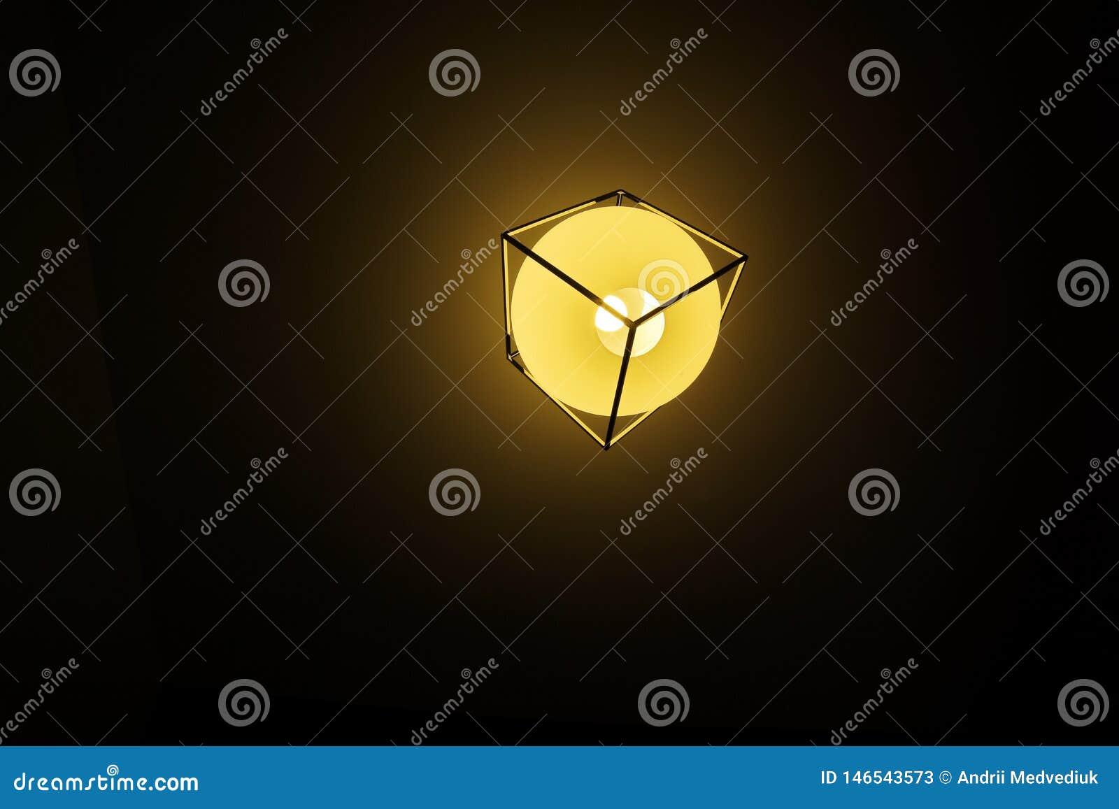 Fundo amarelo da cor com ampola e espaço vazio para o texto ou o objeto