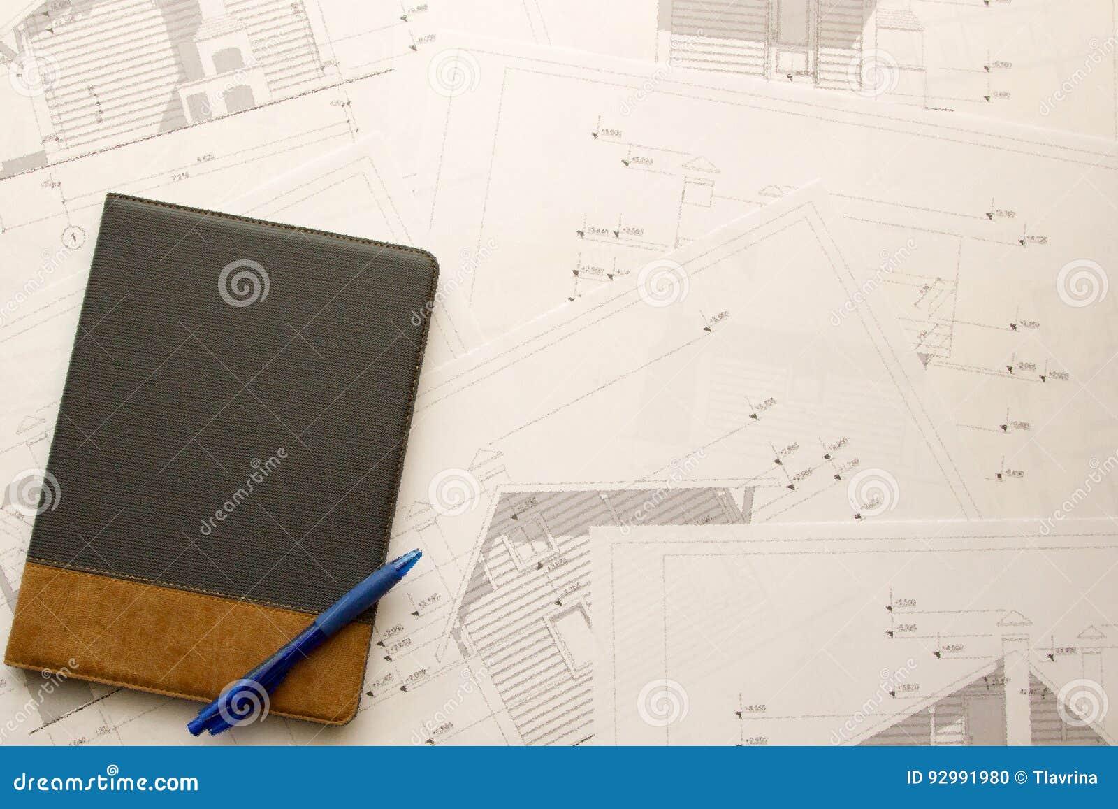 Fundo arquitetónico do escritório da construção com tabuleta e pena