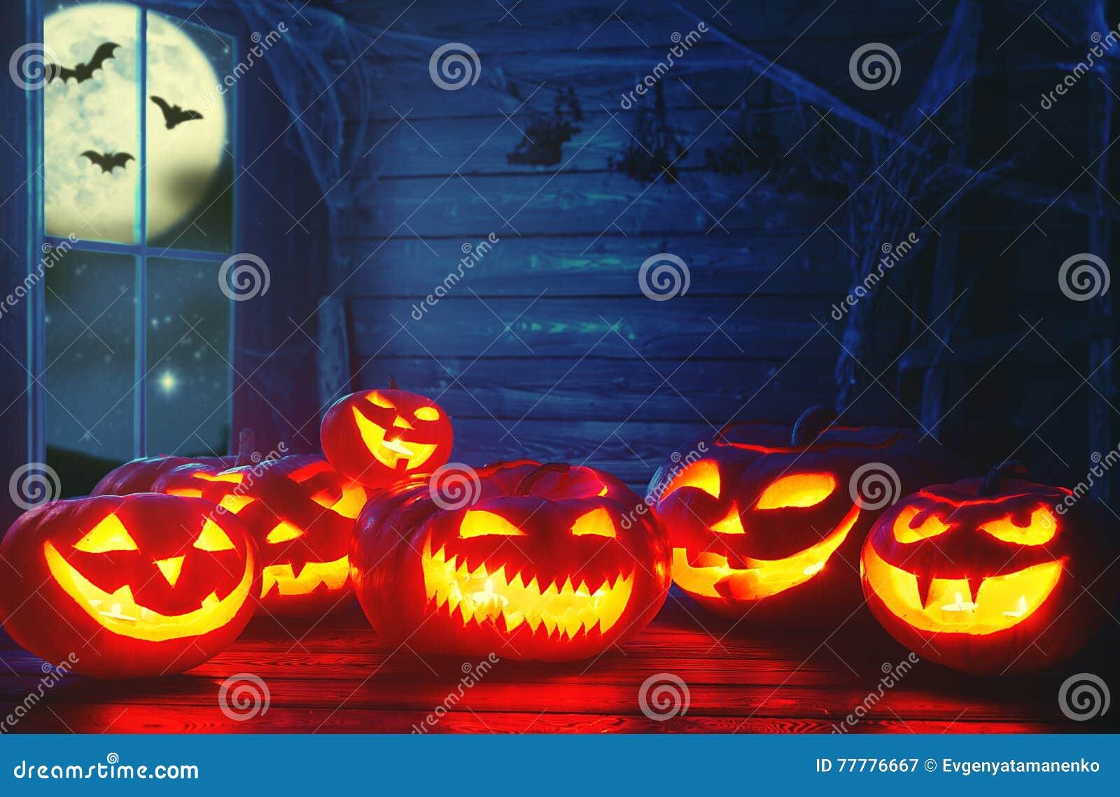 Fundo assustador de Halloween abóbora assustador com olhos ardentes e