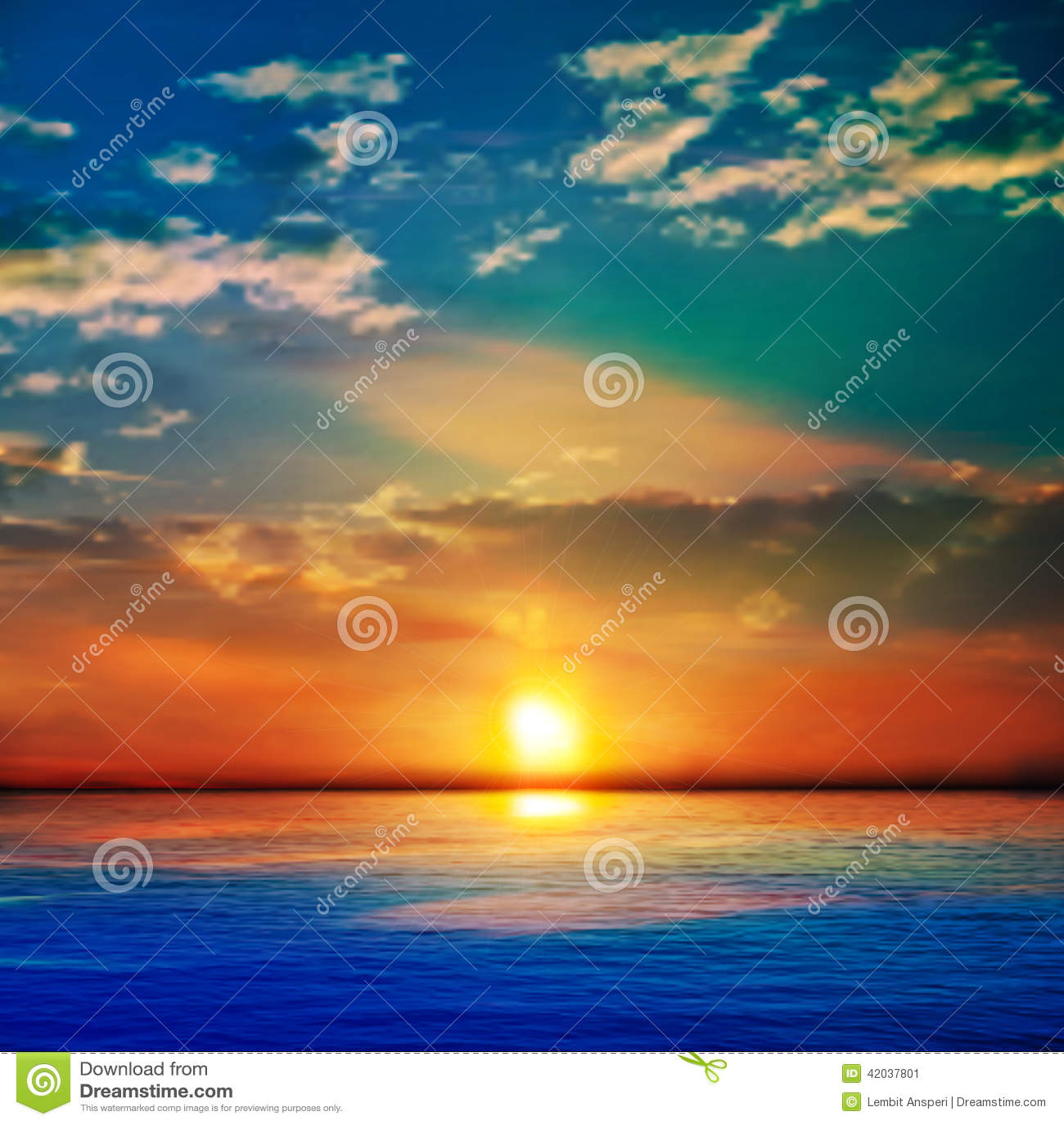 Fundo azul abstrato da natureza com o mar unset e as nuvens