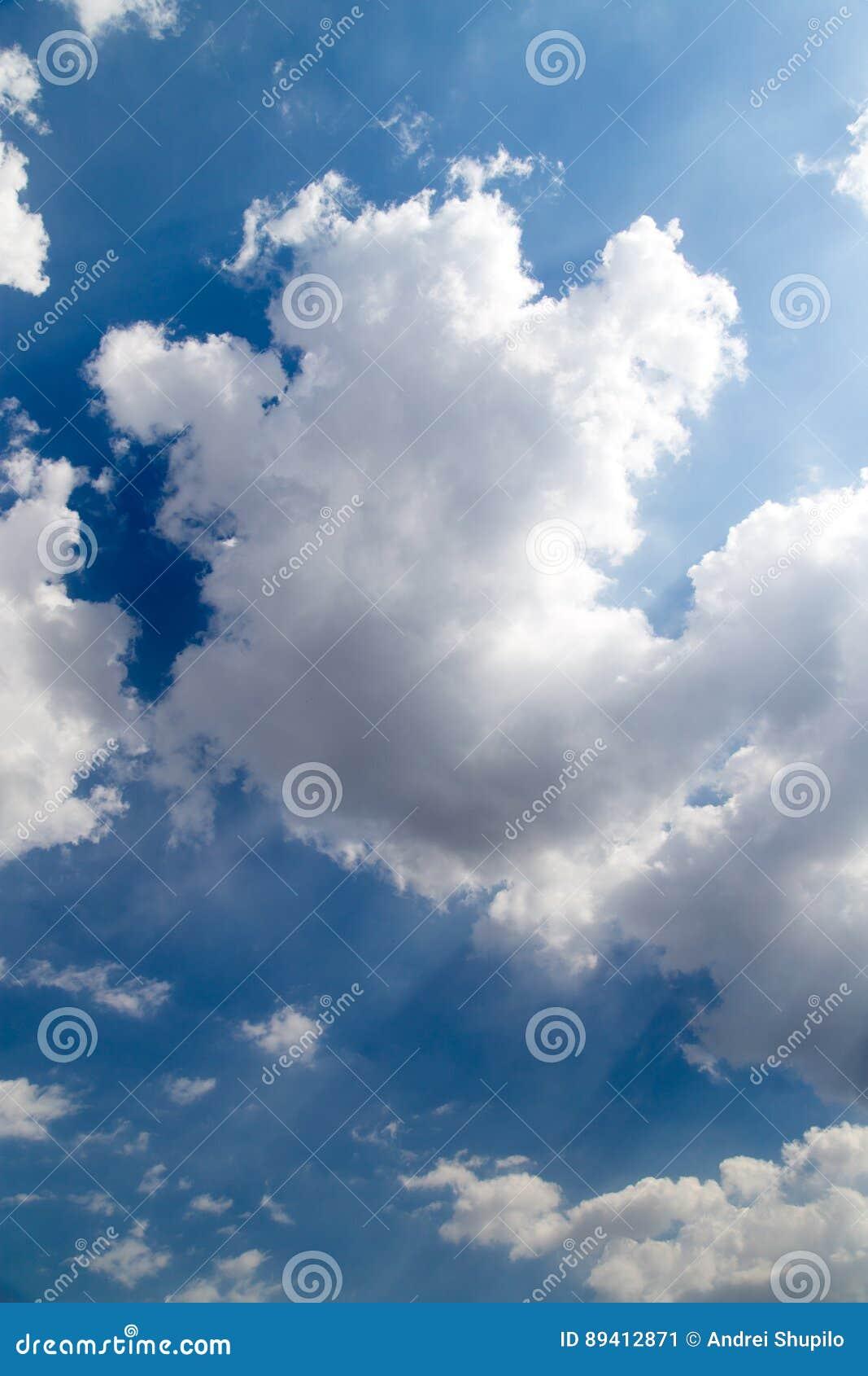 Fundo bonito do céu com nuvens