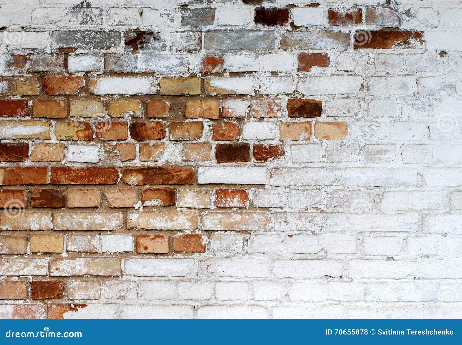 Fundo branco lascado velho da textura da parede de tijolo, parede de tijolo suja whitewashed, fundo branco vermelho do vintage do