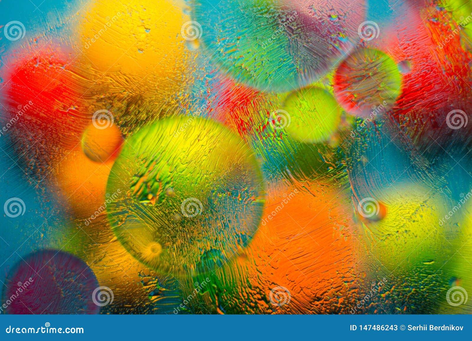 Fundo colorido ao misturar a água, o óleo e a pomada