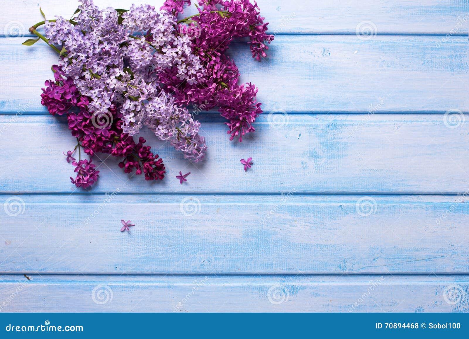 Fundo Com As Flores Lilás Aromáticas Frescas No Plano De Madeira ...