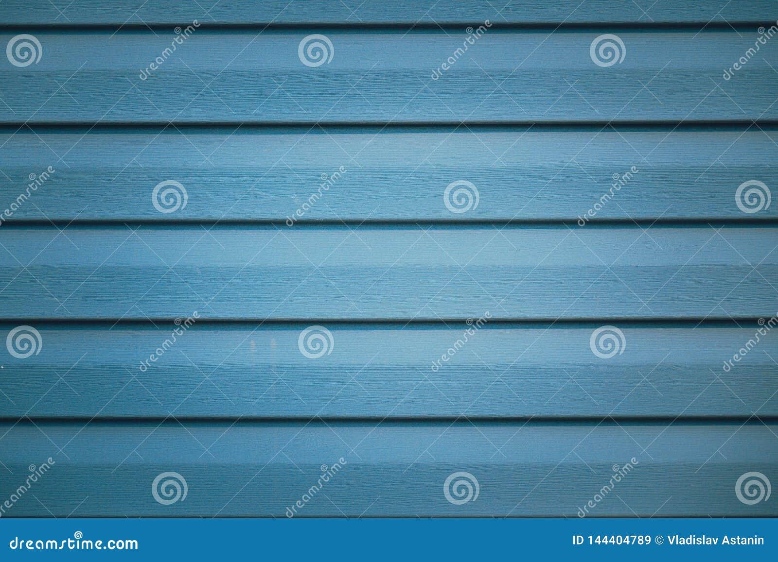 Fundo com fragmento listrado met?lico azul da fachada de uma constru??o