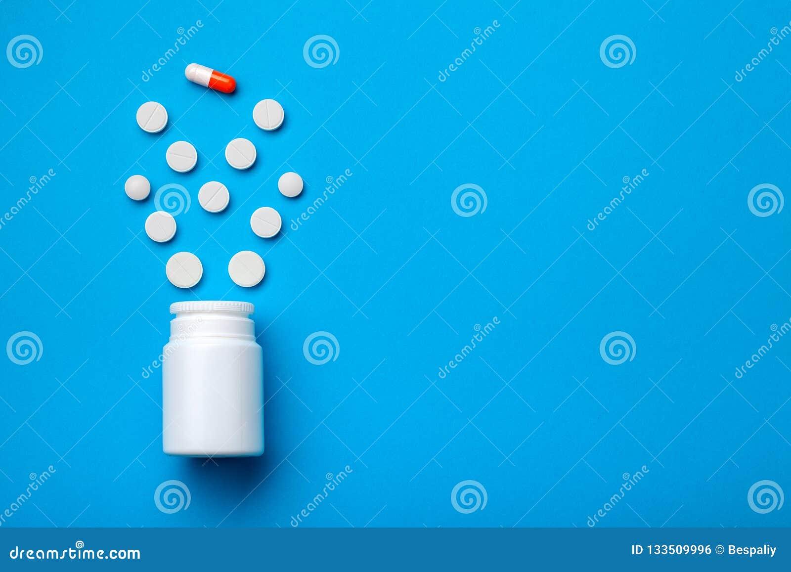 Fundo conceptual com comprimidos e cápsula