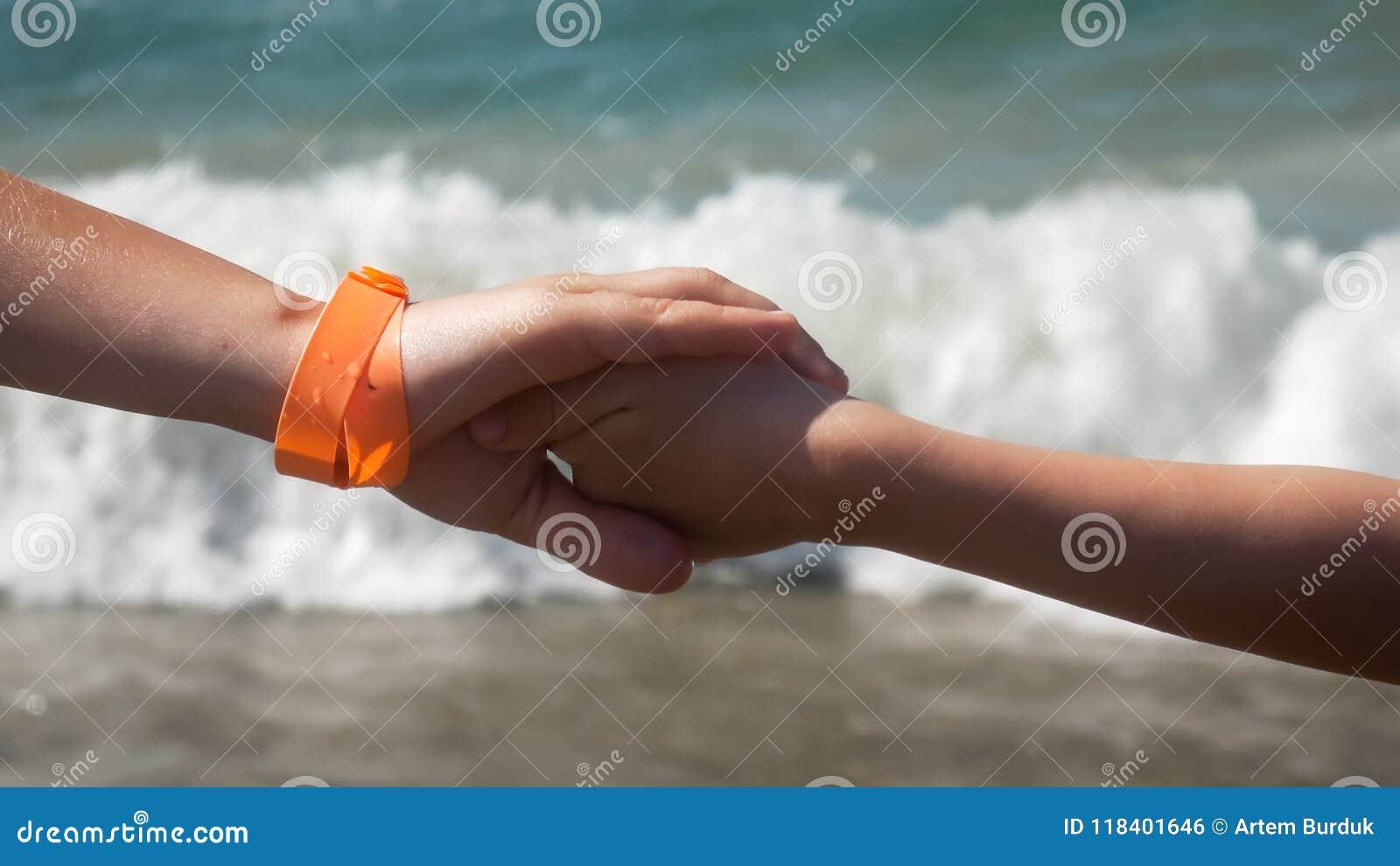 Fundo corpo a corpo do mar de duas crianças