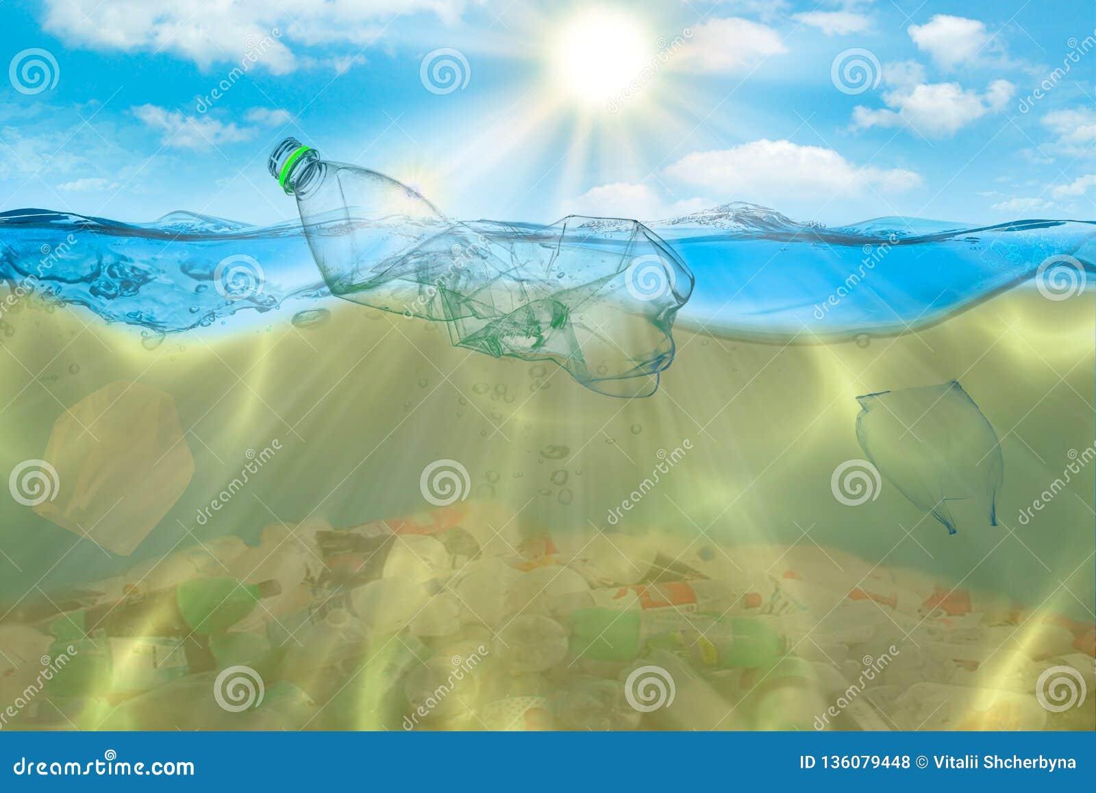 Fundo criativo, saco de plástico que flutua no oceano, um saco na água O conceito da poluição ambiental, non-
