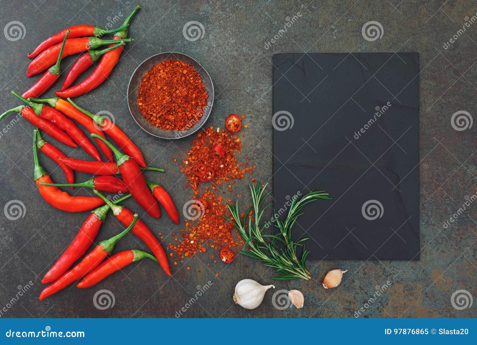 Fundo culinário com pimentas e especiarias de pimentão