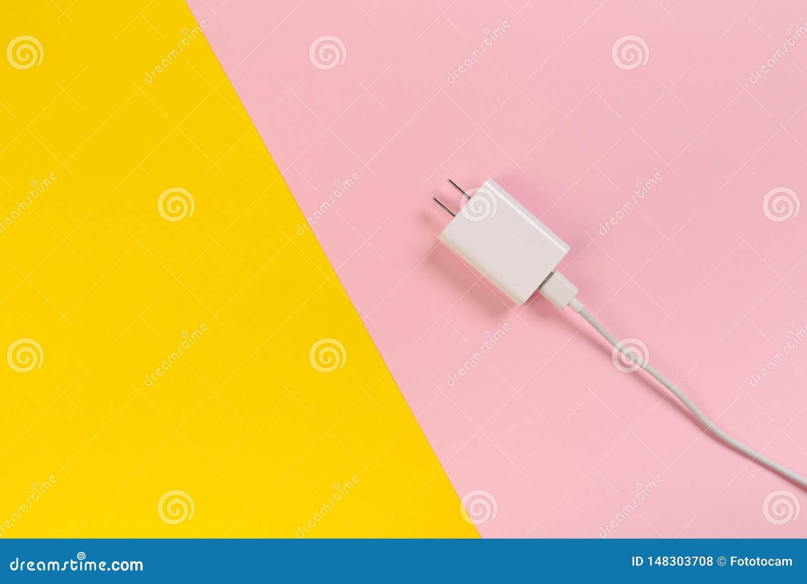 Fundo da cor pastel do ob dos cabos de USB micro Conectores e soquetes para o PC e dispositivos m?veis - imagem